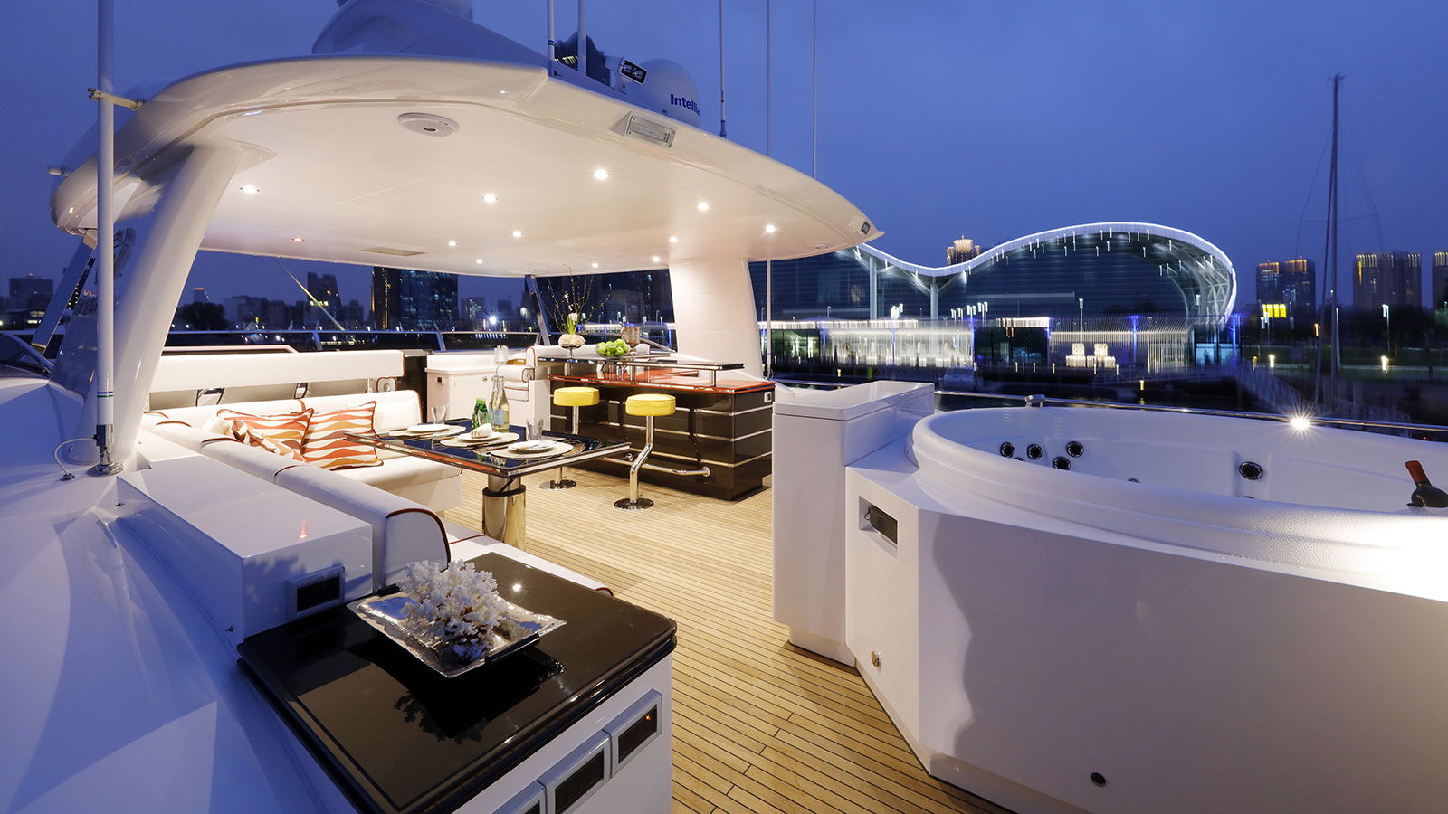 the-upper-deck-of-the-horizon-fd-85-super-yacht