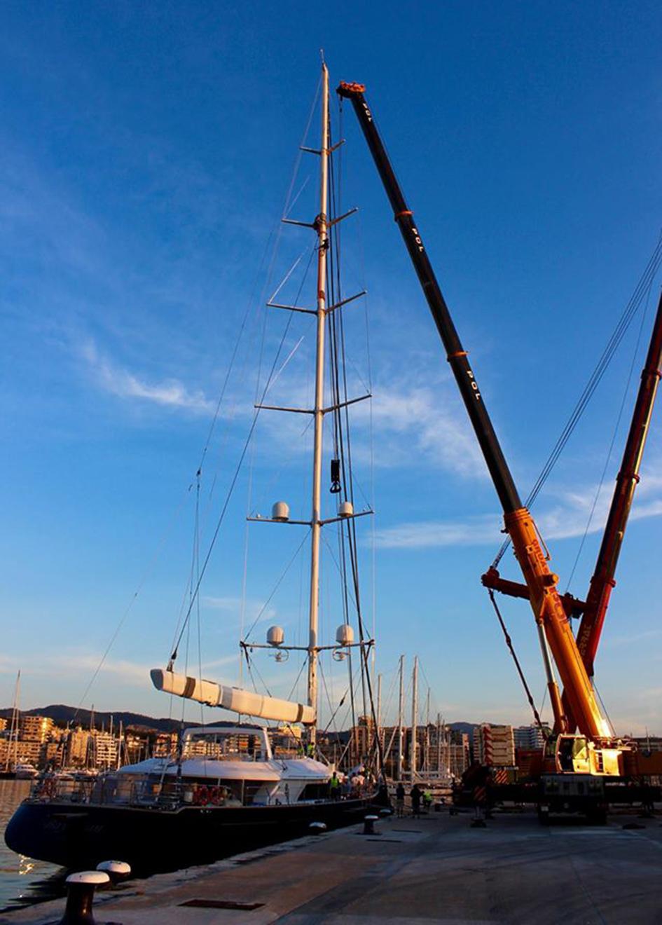 a-crane-sizes-up-the-mast-of-56m-perini-navi-sailing-super-yacht-bayesian