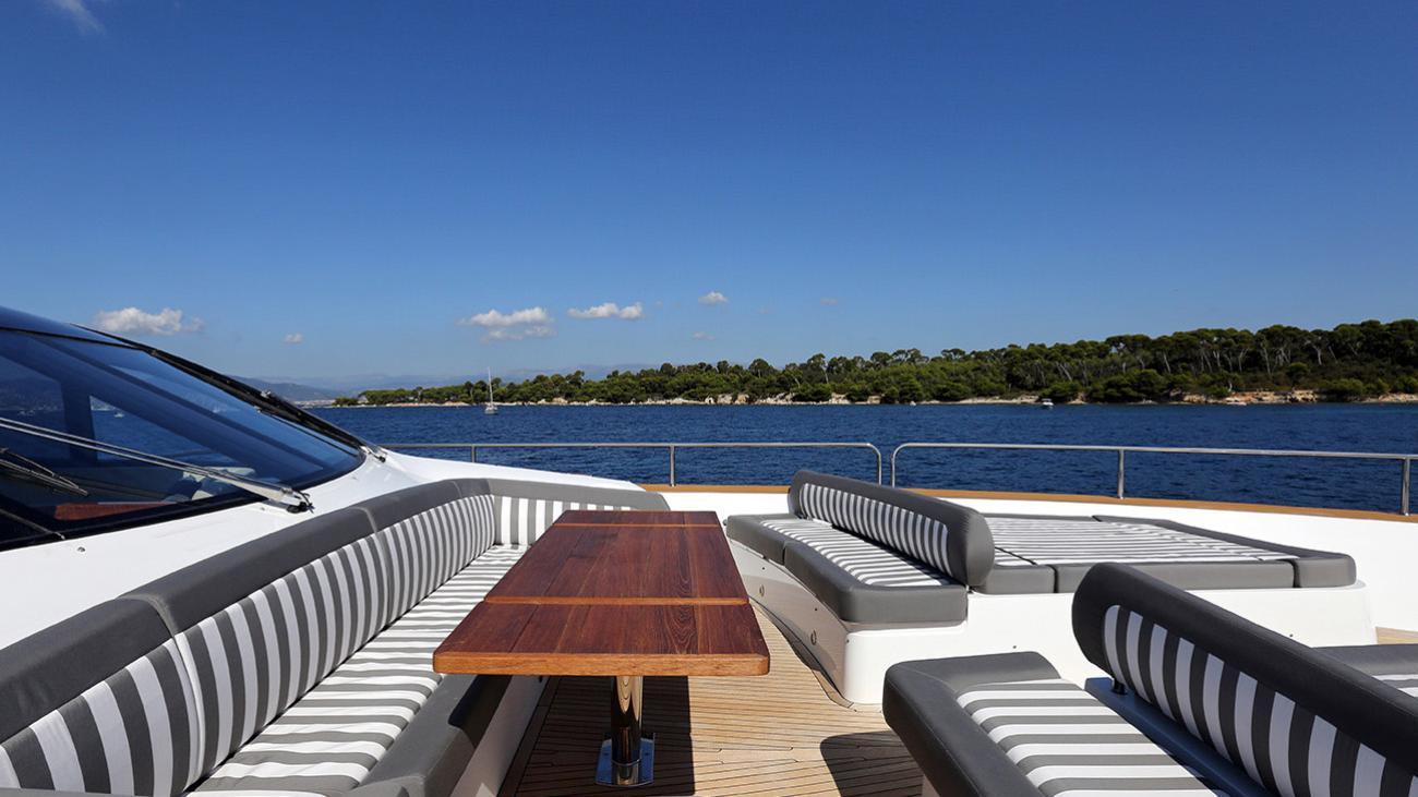gelato-yacht-exterior-dining
