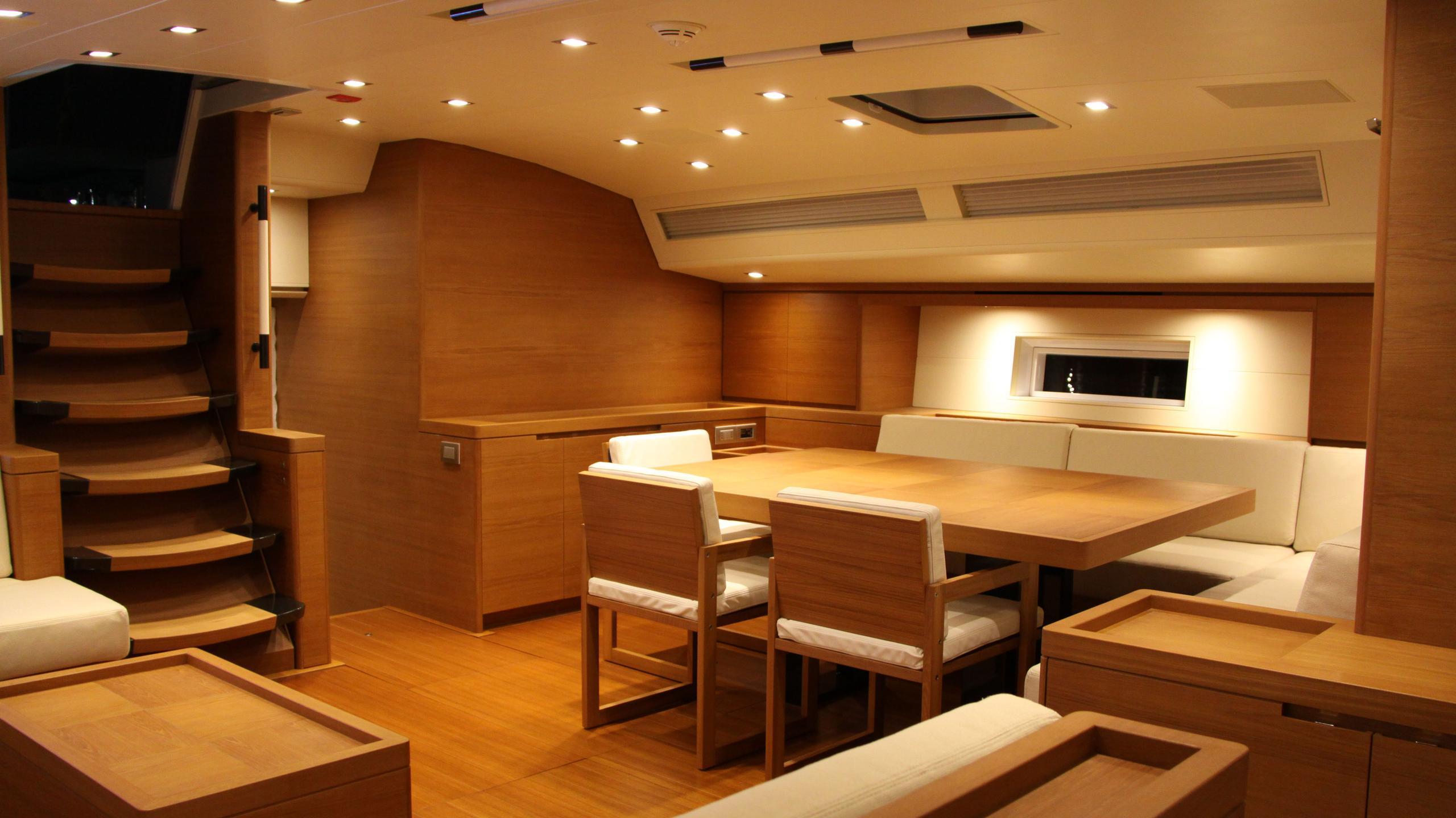 cape-arrow-yacht-dining