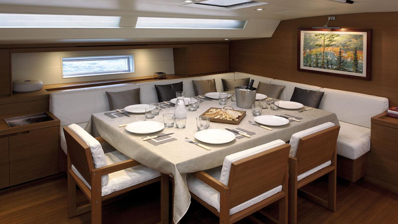 cape-arrow-yacht-formal-dining