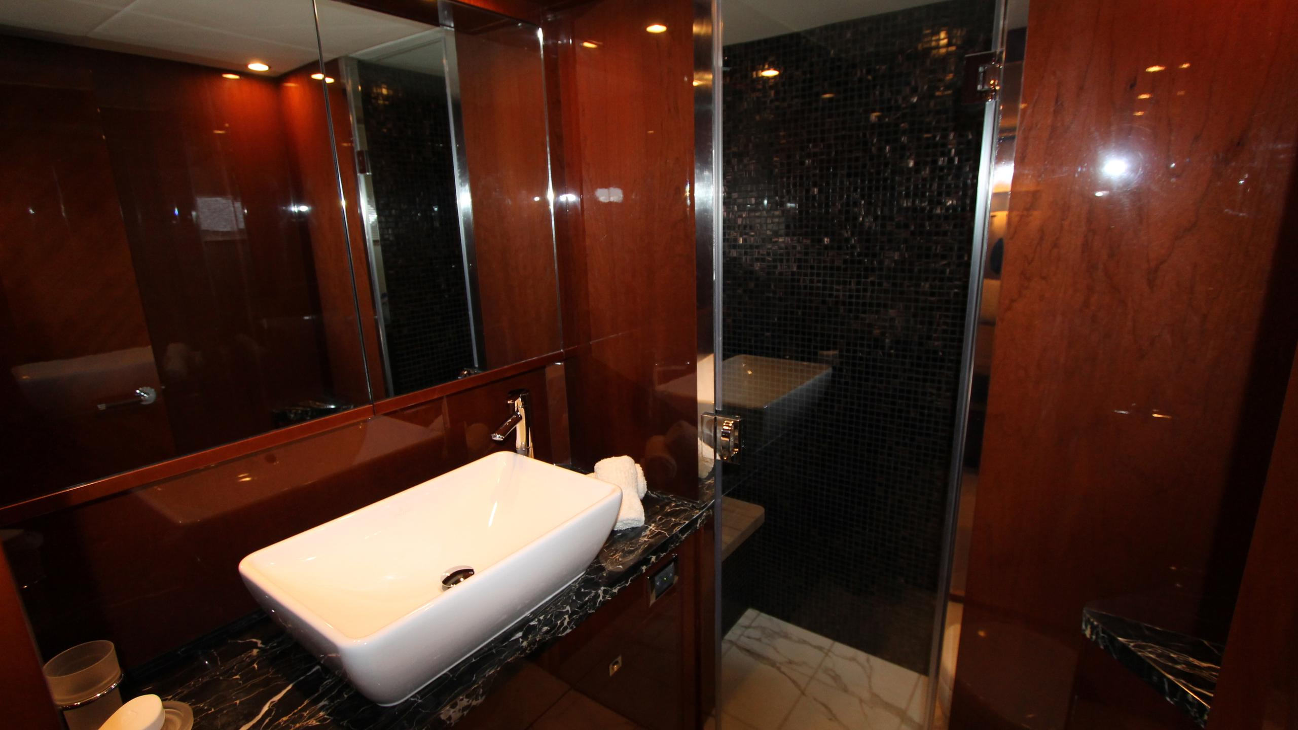 bash-yacht-twin-bathroom