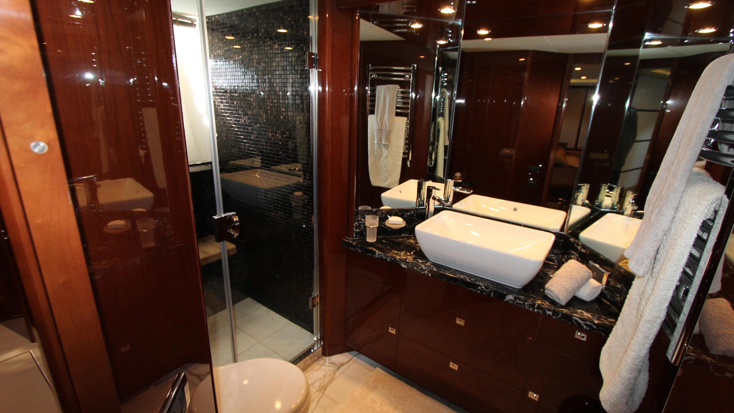 bash-yacht-double-bathroom