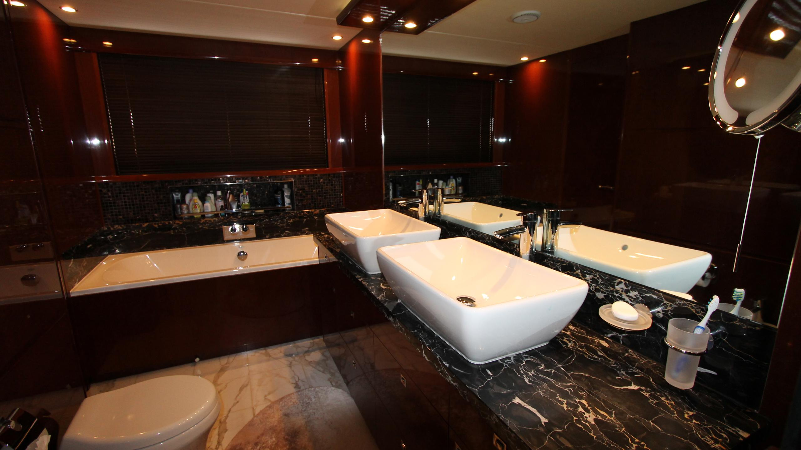 bash-yacht-master-bathroom