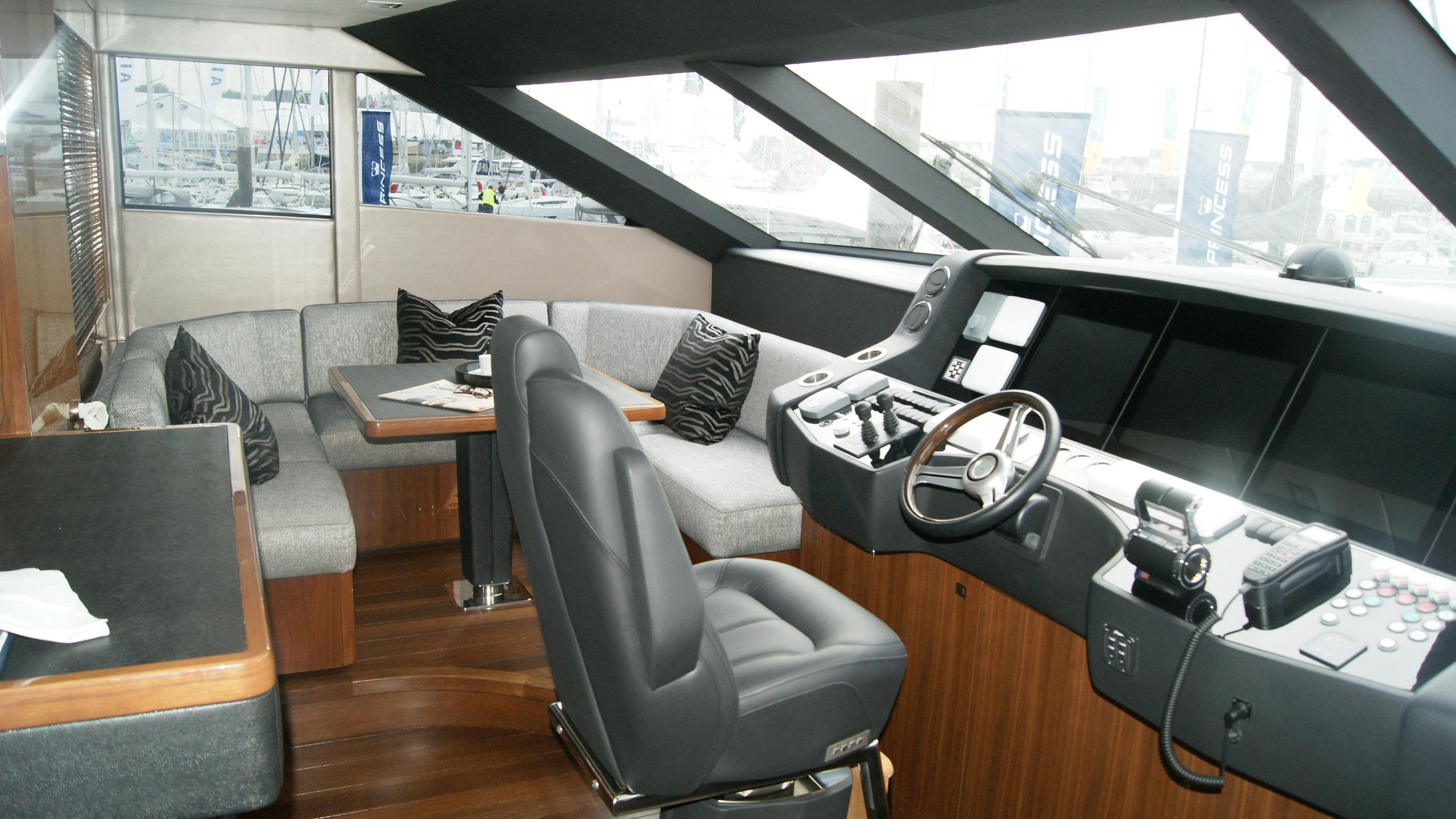 princess-98-yacht-helm
