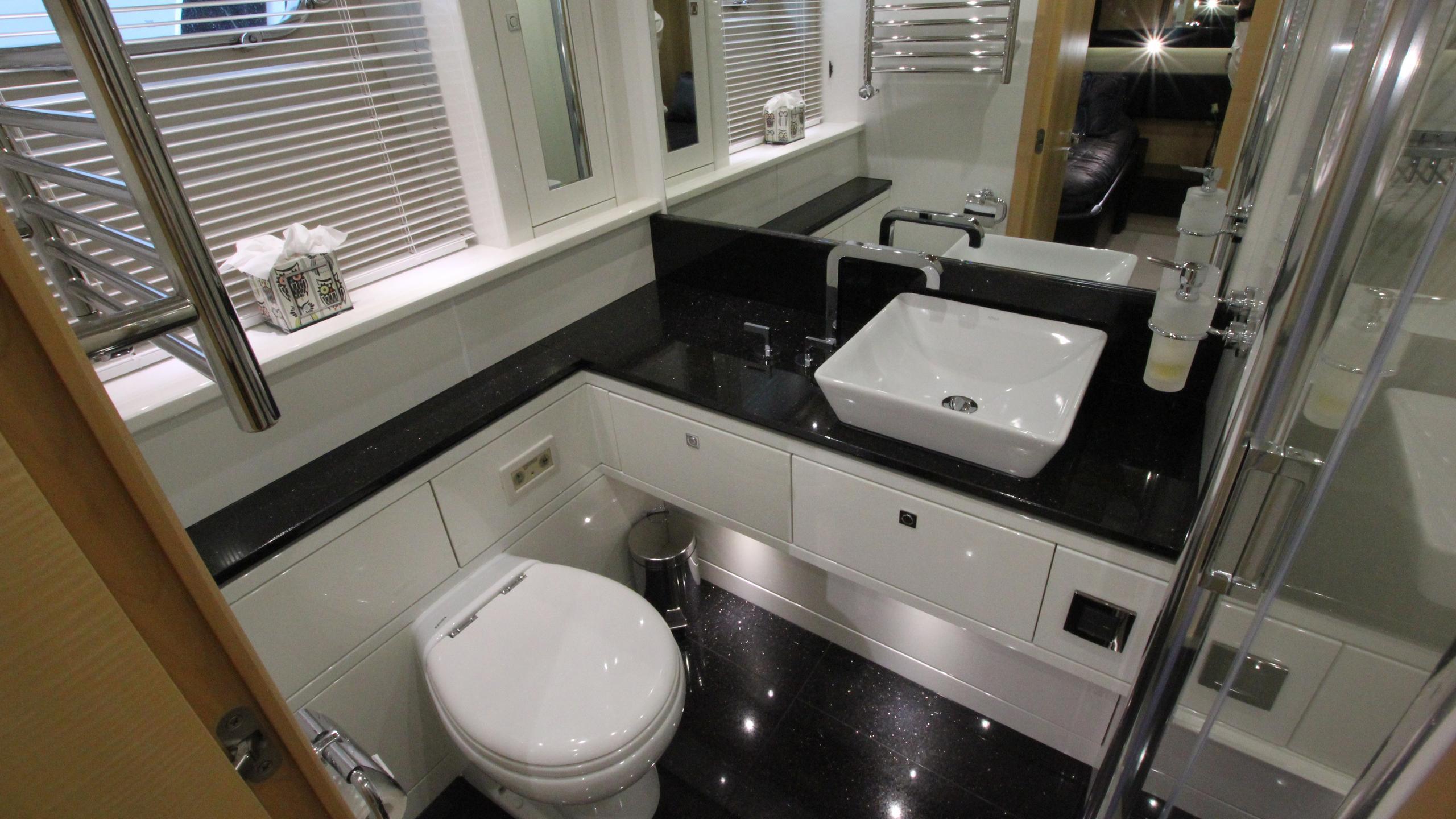 stella-ann-yacht-bathroom