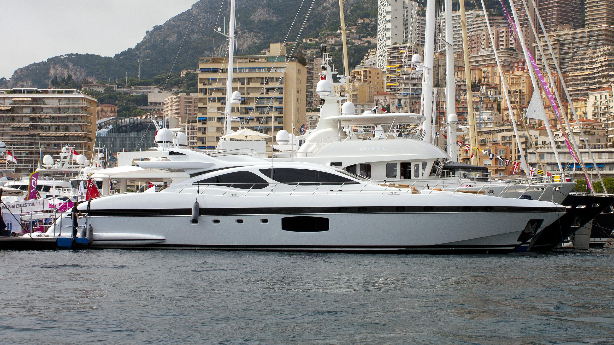 miss-bubbles-yacht-exterior