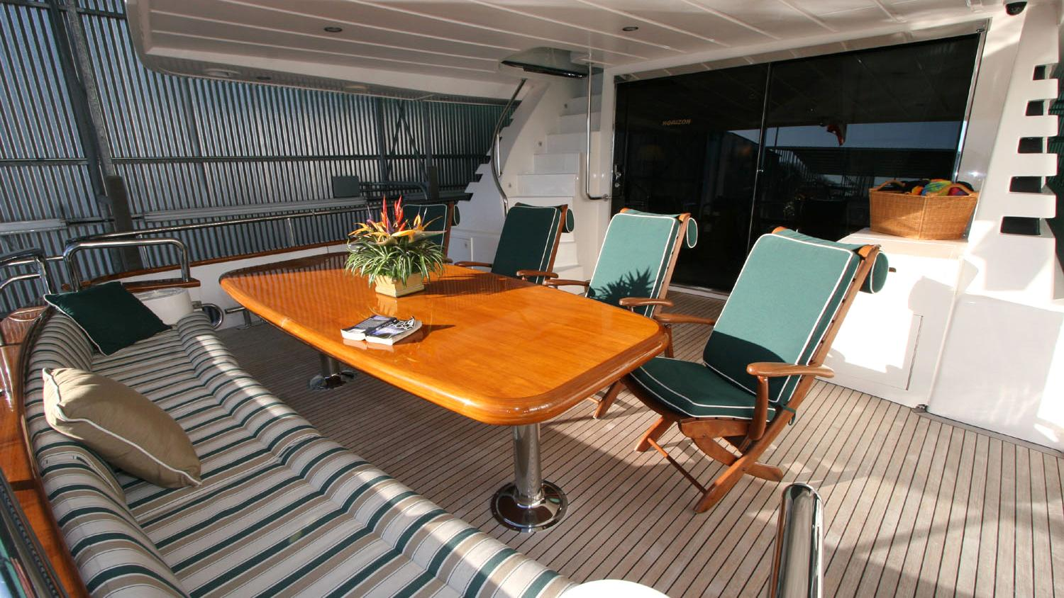 betsye-yacht-aft-dining