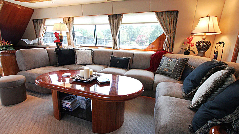 betsye-yacht-saloon