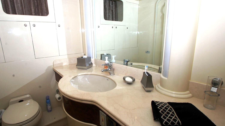 betsye-yacht-bathroom