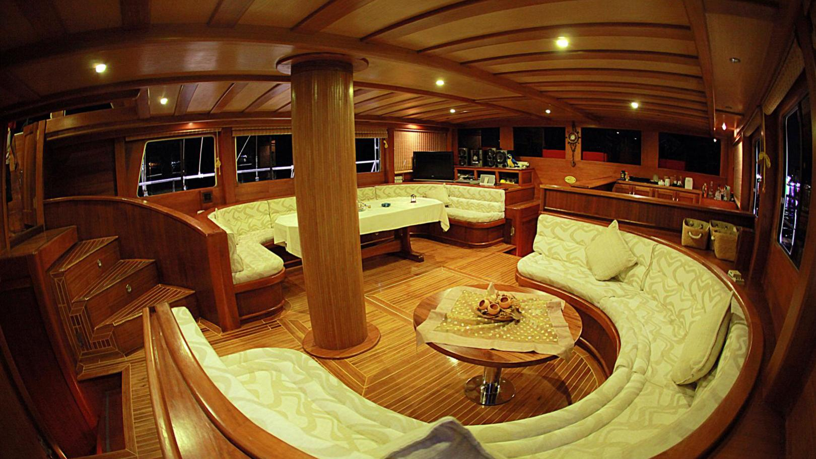 junior-orcun-yacht-saloon