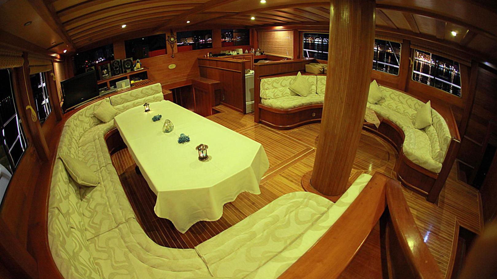 junior-orcun-yacht-dining