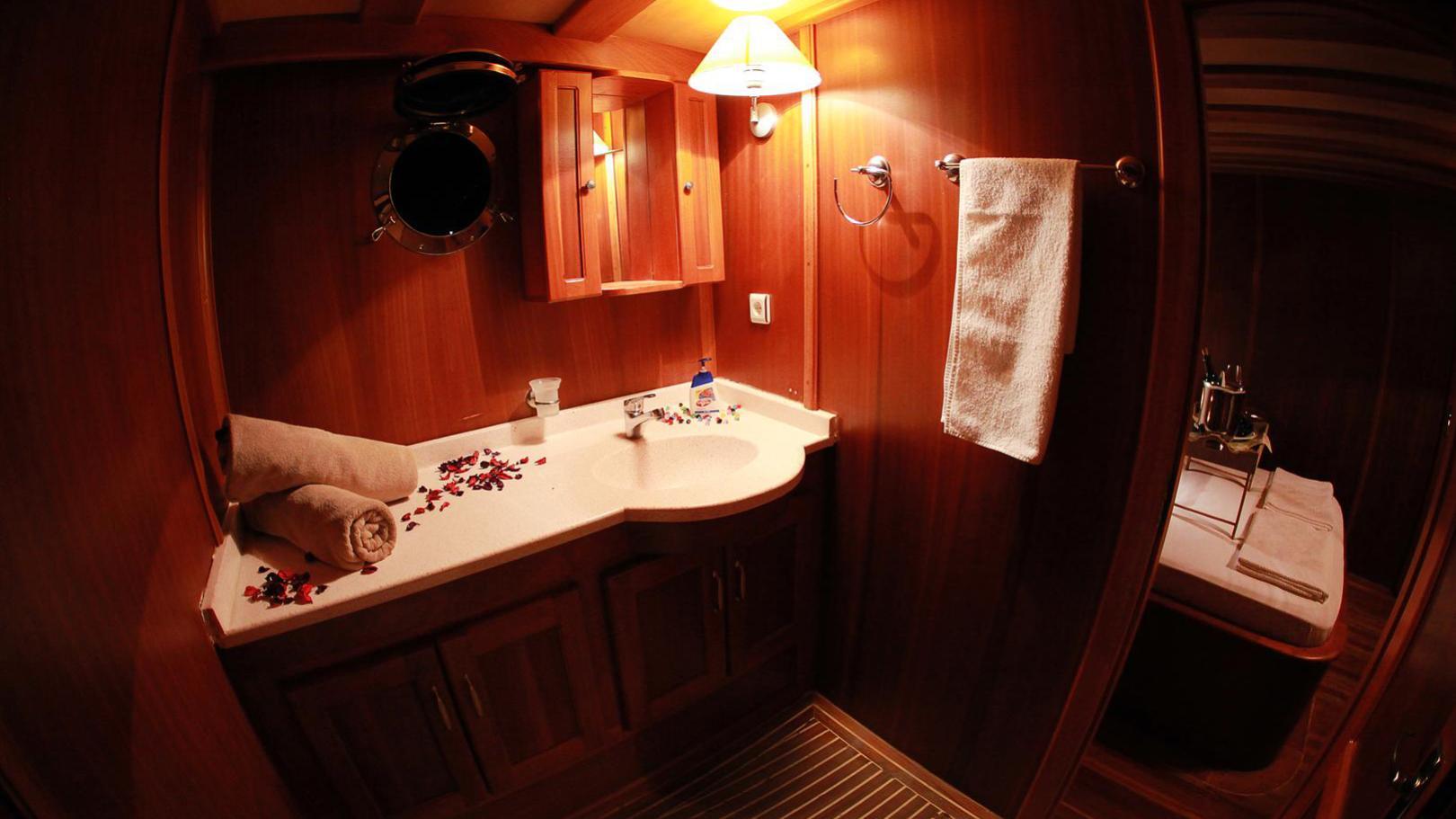junior-orcun-yacht-bathroom