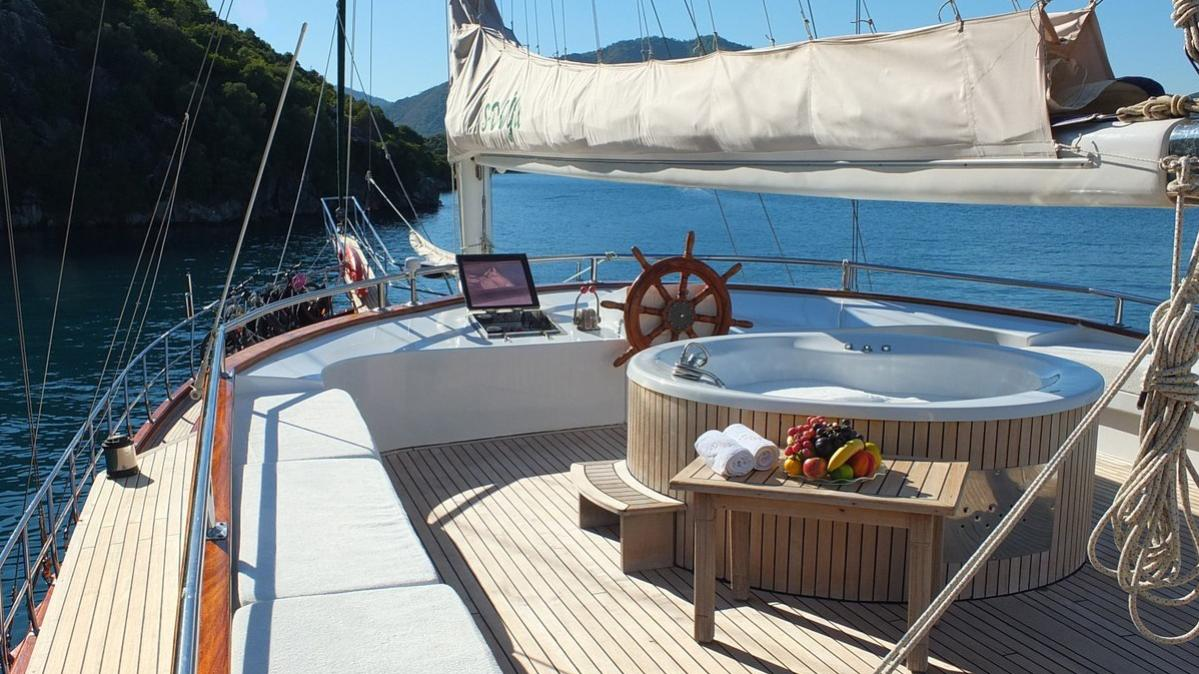 s-dogu-yacht-jacuzzi