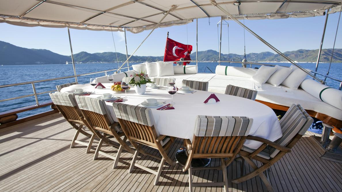 s-dogu-yacht-aft-dining