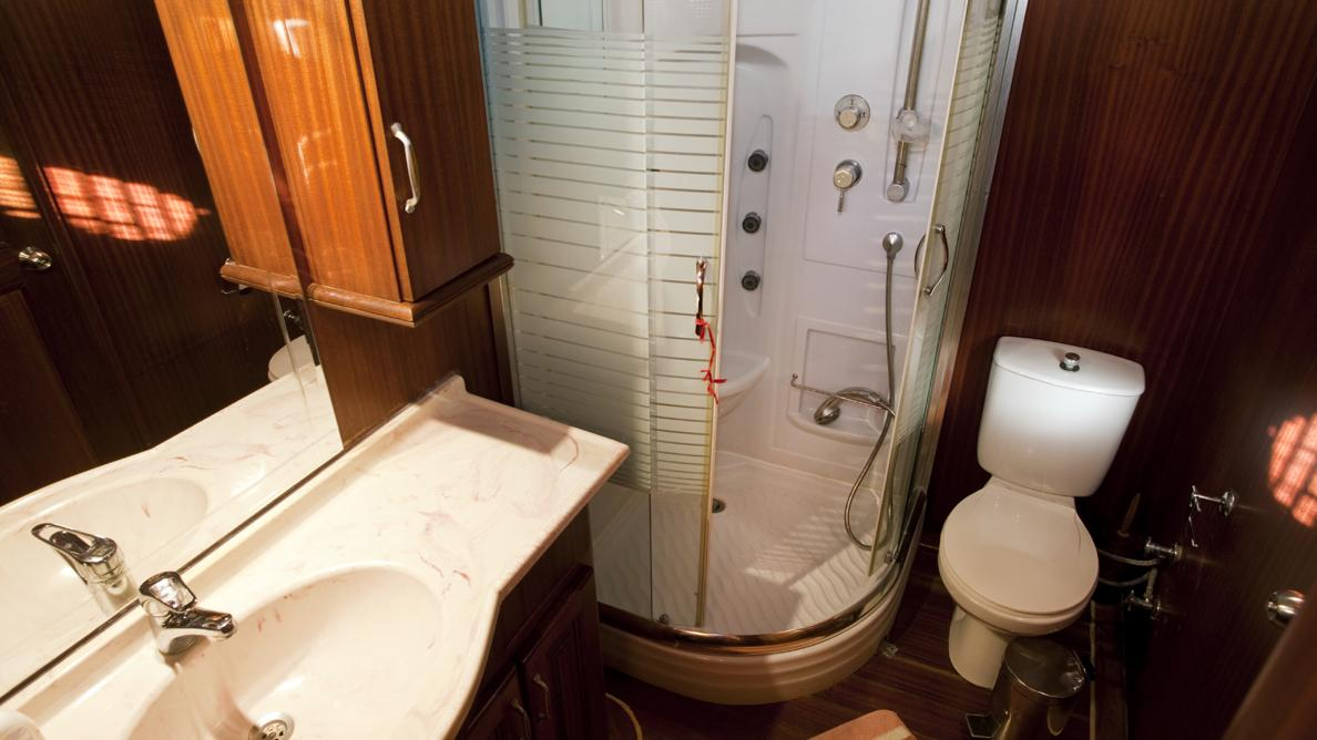 s-dogu-yacht-bathroom
