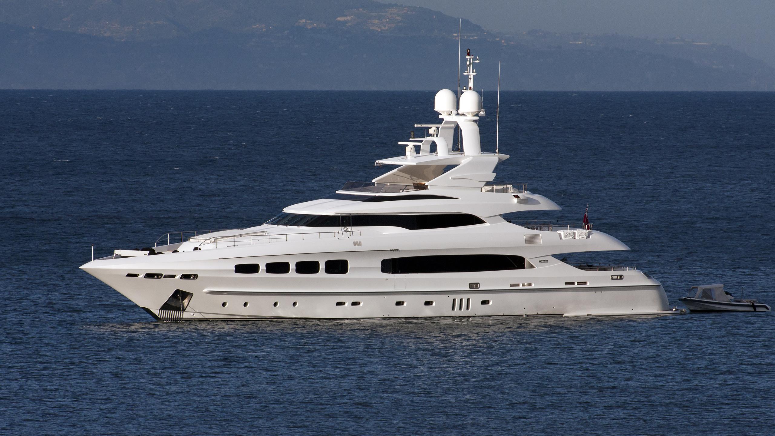 manifiq-yacht-exterior