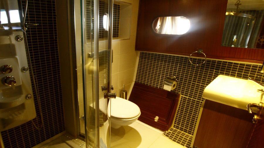 esma-sultan-ii-yacht-bathroom