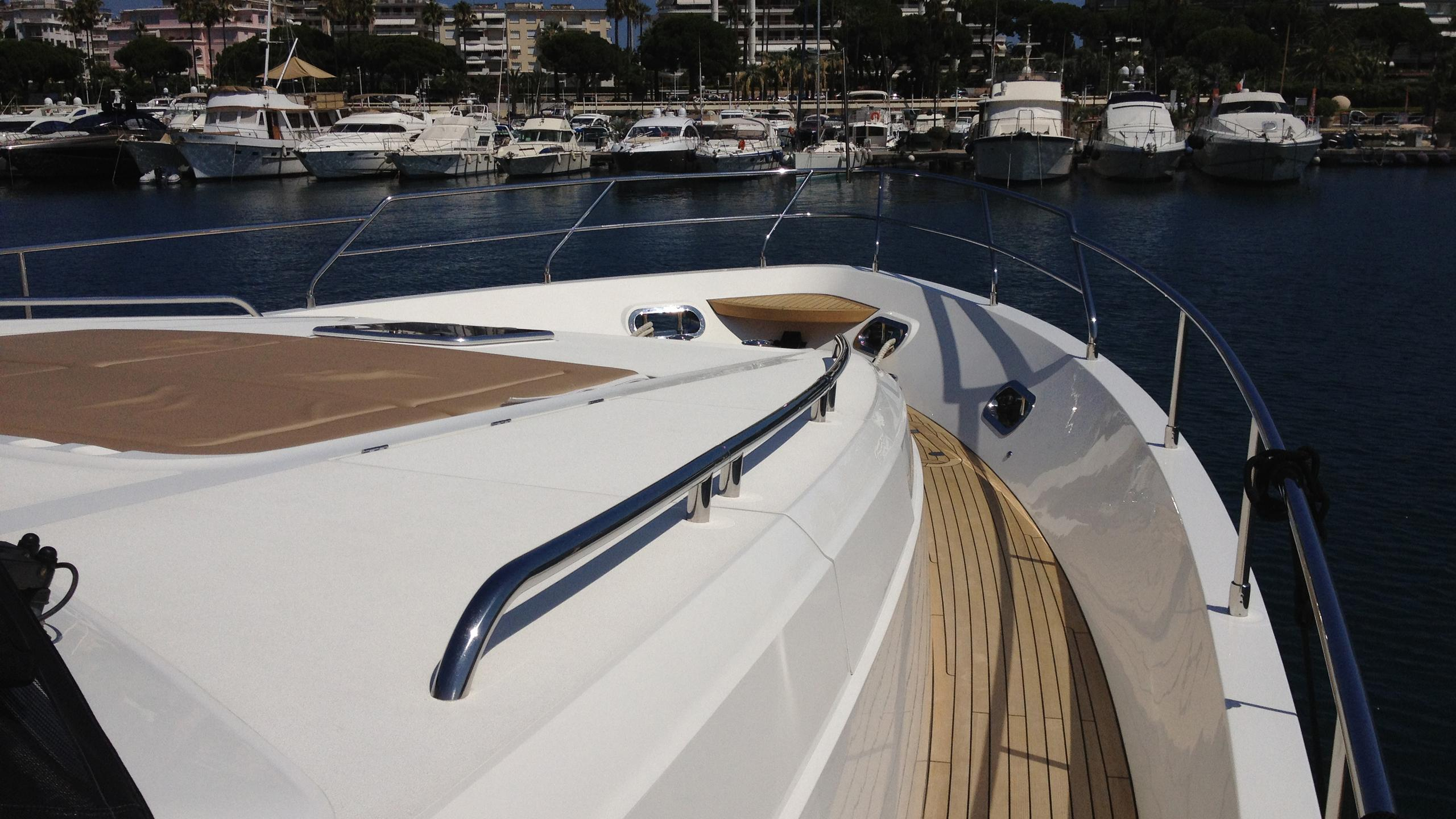 legenda-yacht-side-deck