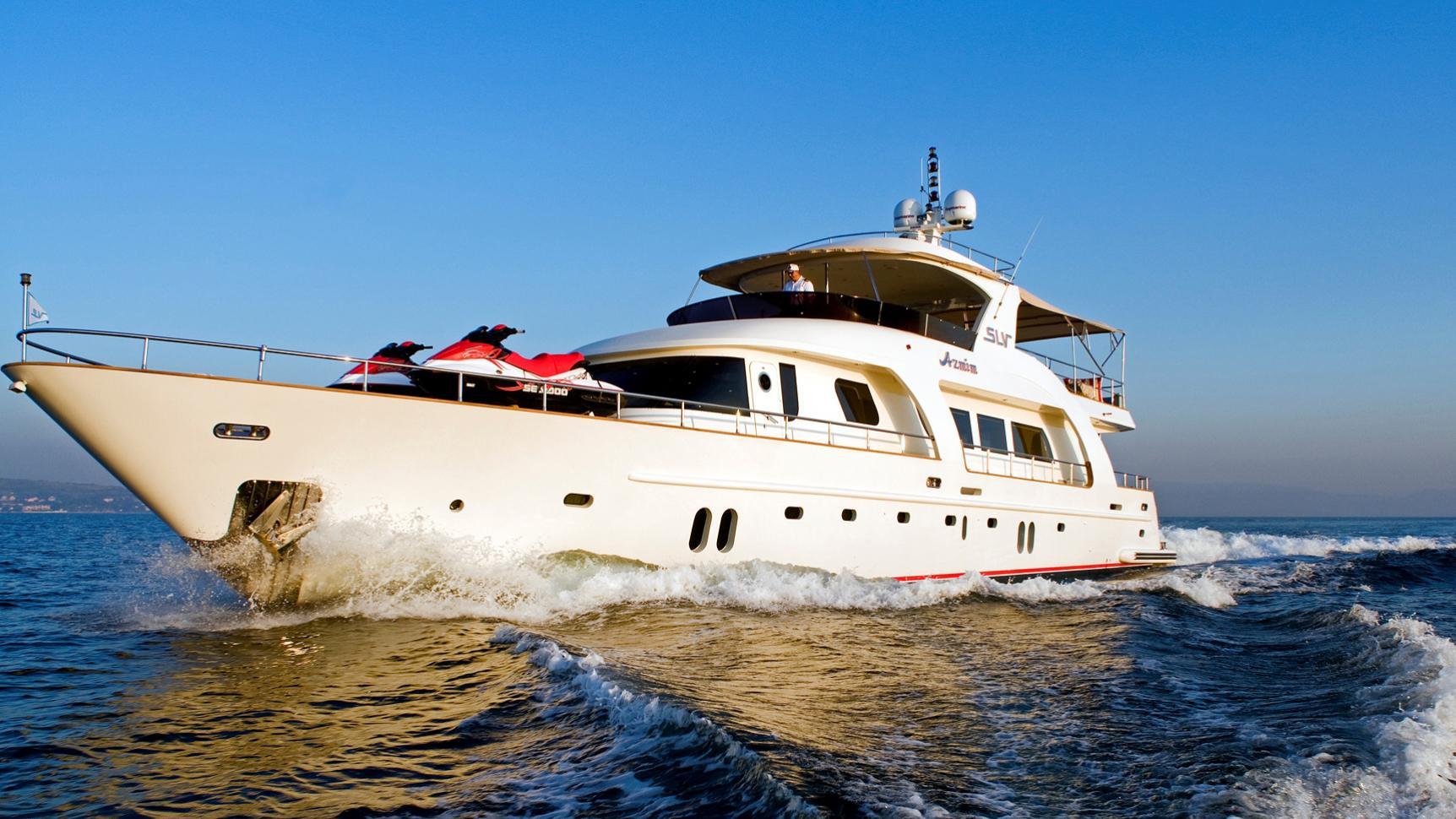 azmim-yacht-at-sea