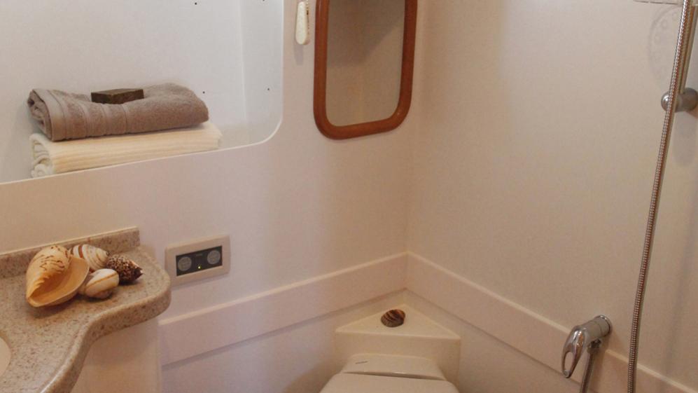 azmim-yacht-bathroom