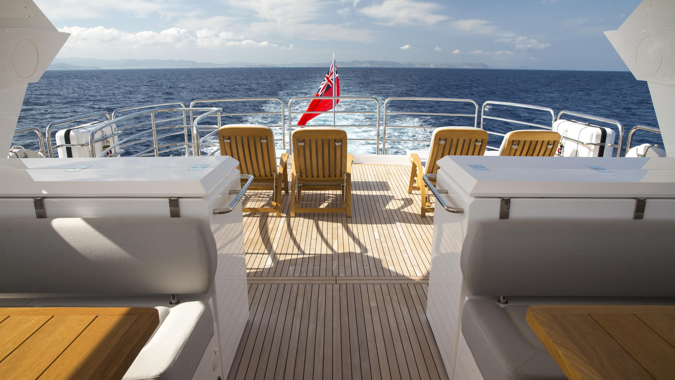 play-the-game-yacht-fly-deck