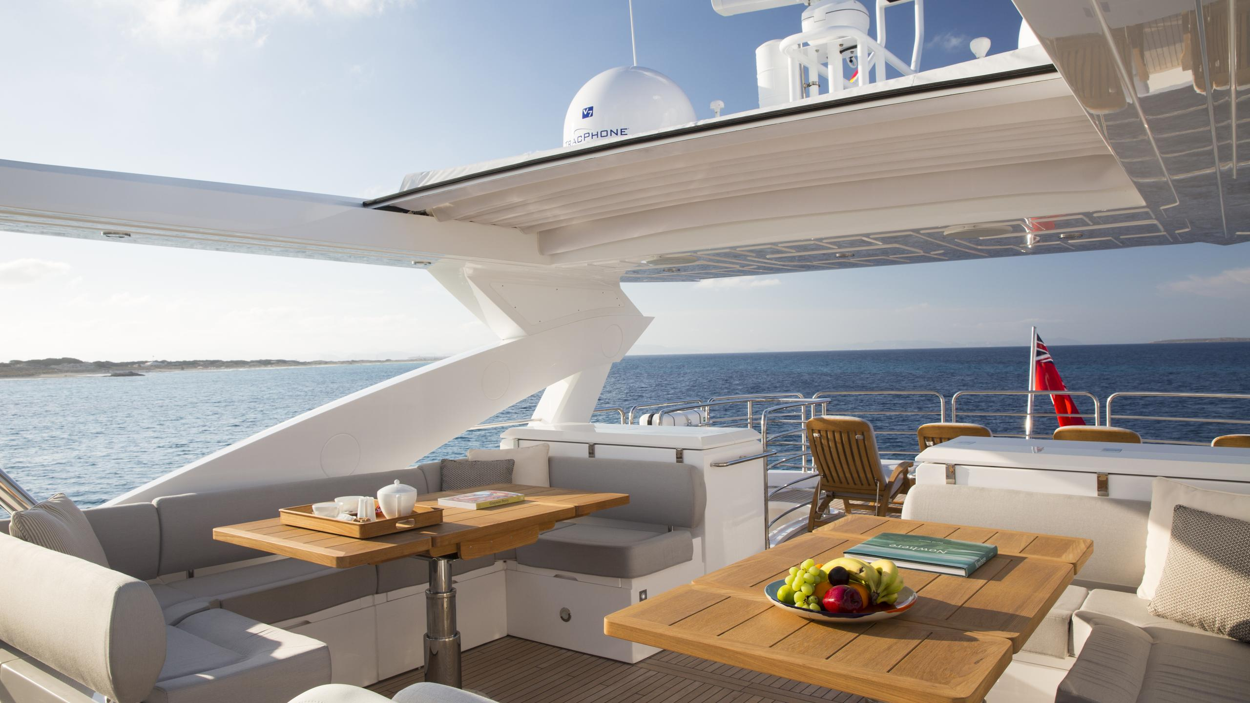 play-the-game-yacht-fly-deck-dining