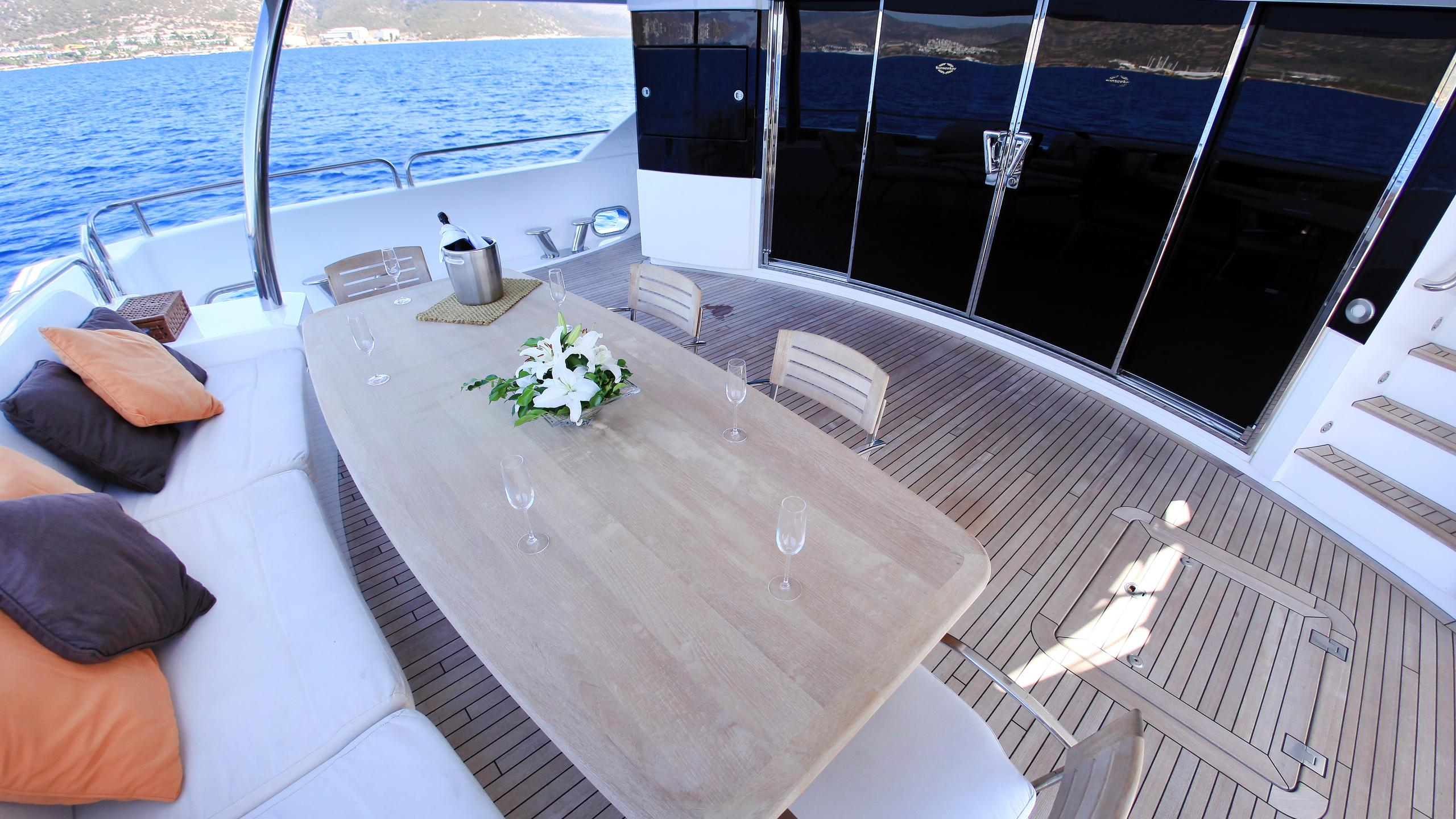 barracuda-red-sea-yacht-aft-dining