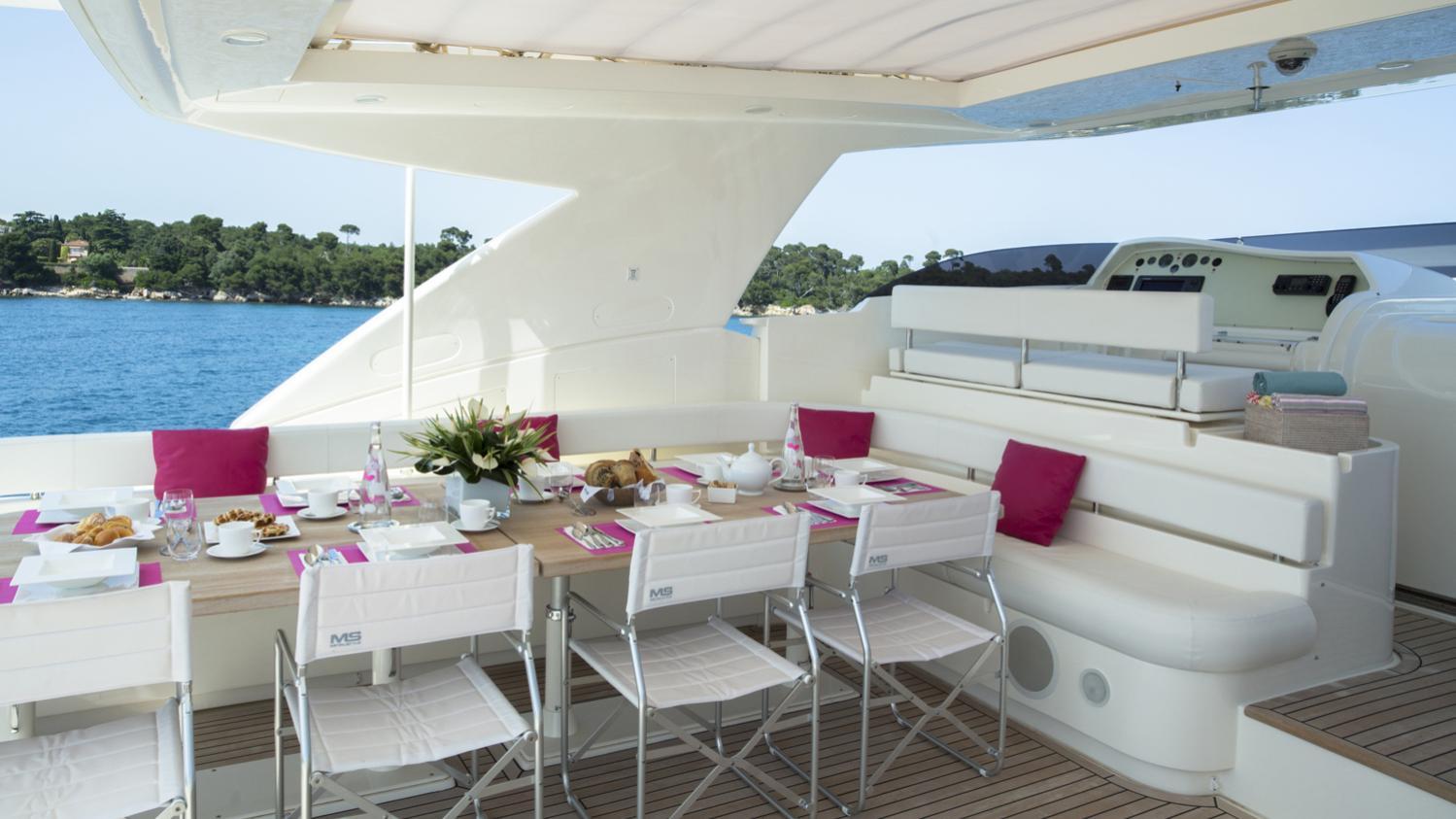 sans-abri-yacht-flybridge-dining