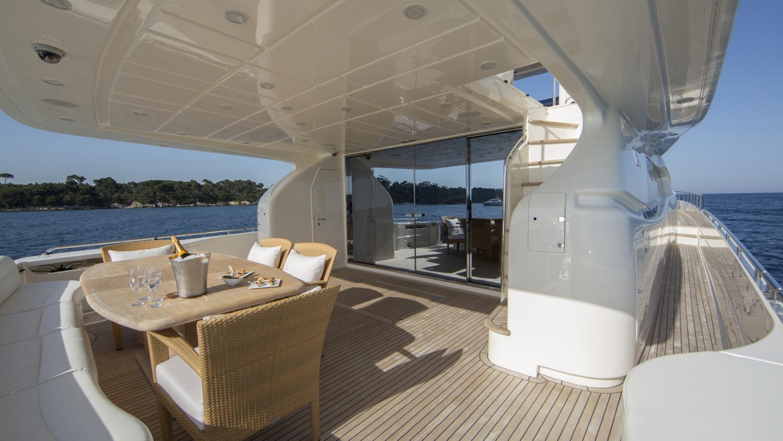 sans-abri-yacht-aft-dining