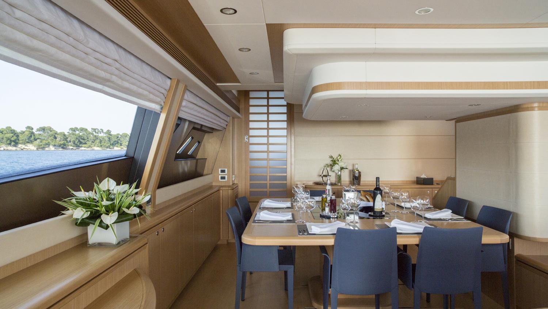 sans-abri-yacht-dining