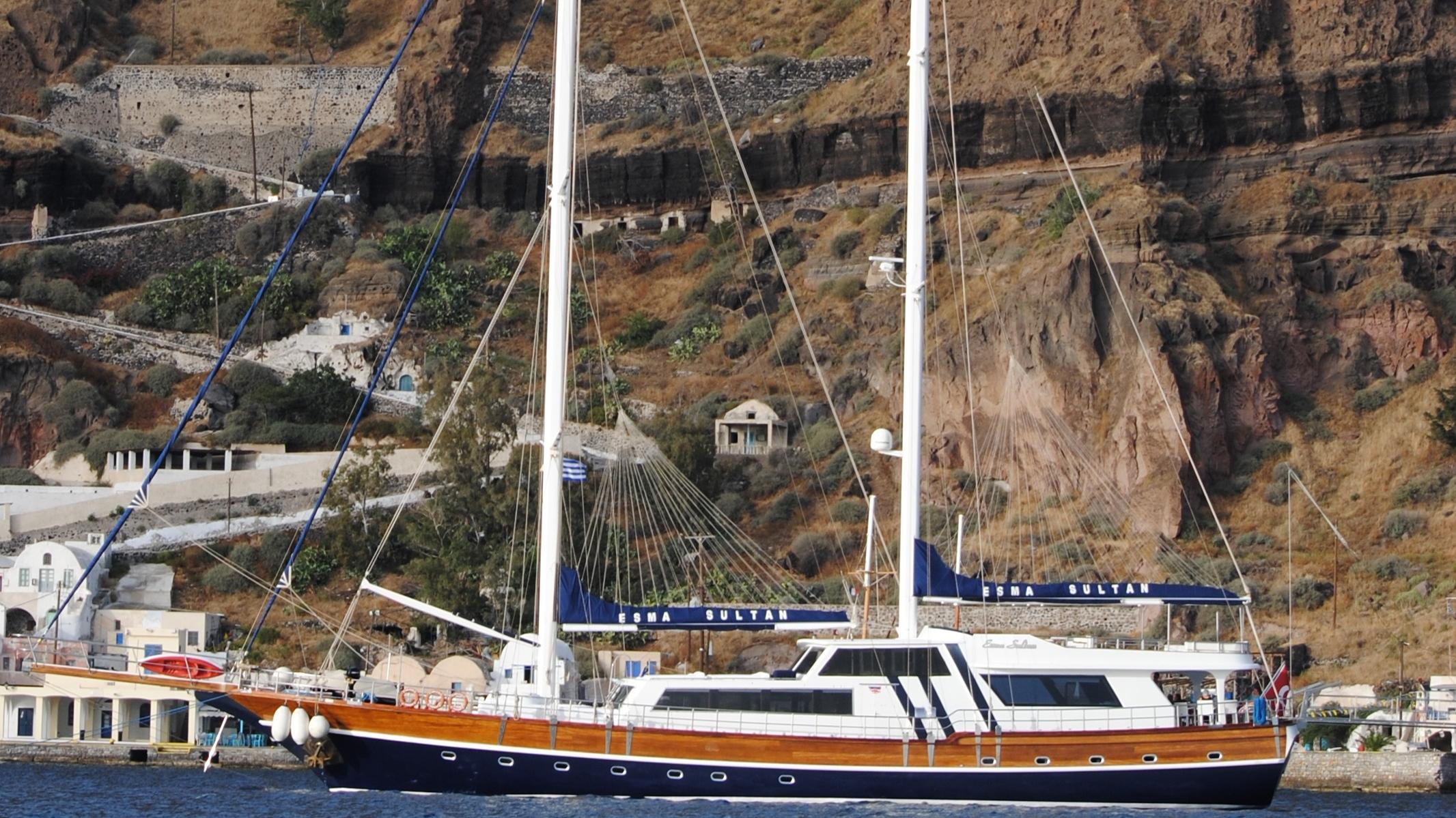 esma-sultan-yacht-at-anchor