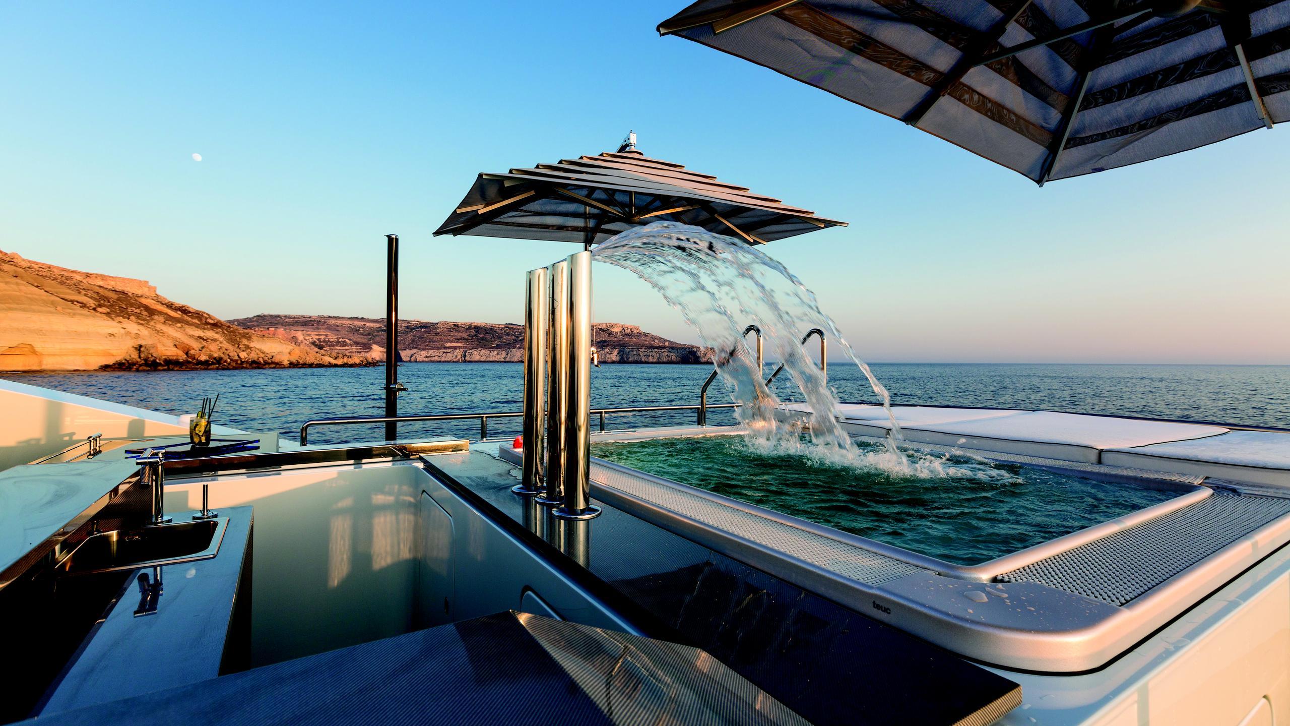ocean-paradise-yacht-hot-tub
