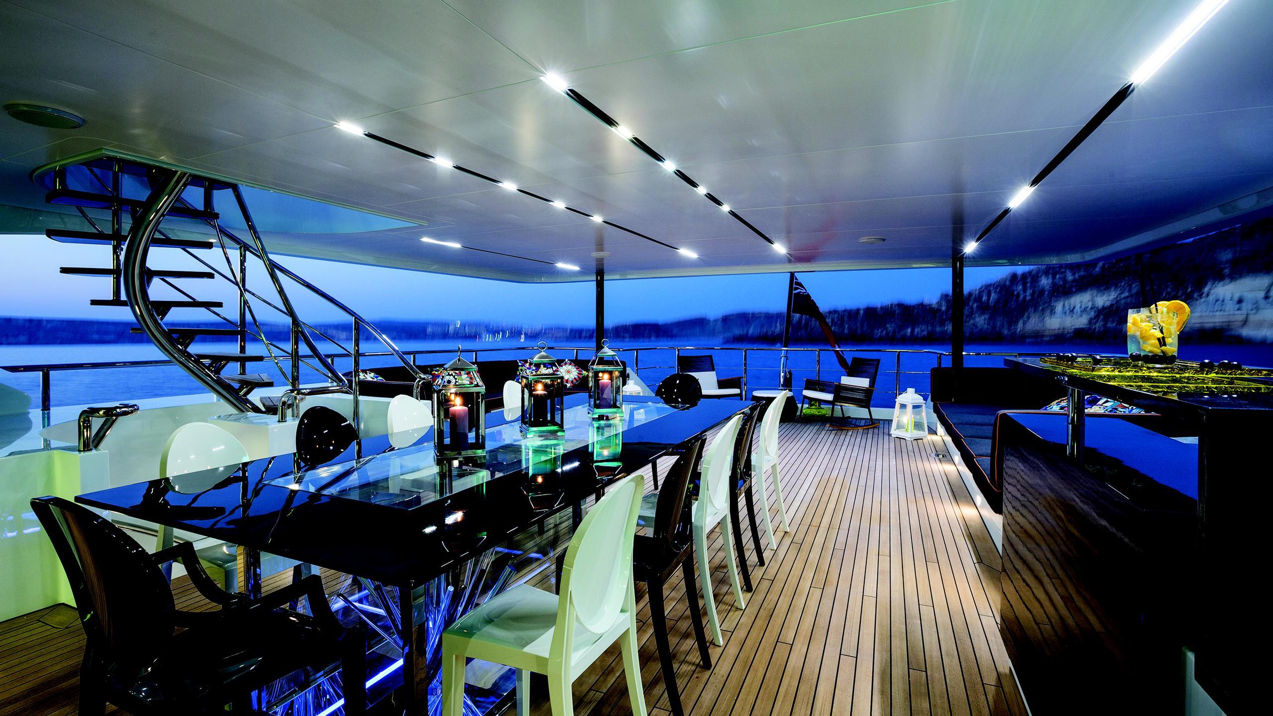 ocean-paradise-yacht-aft-deck-dining