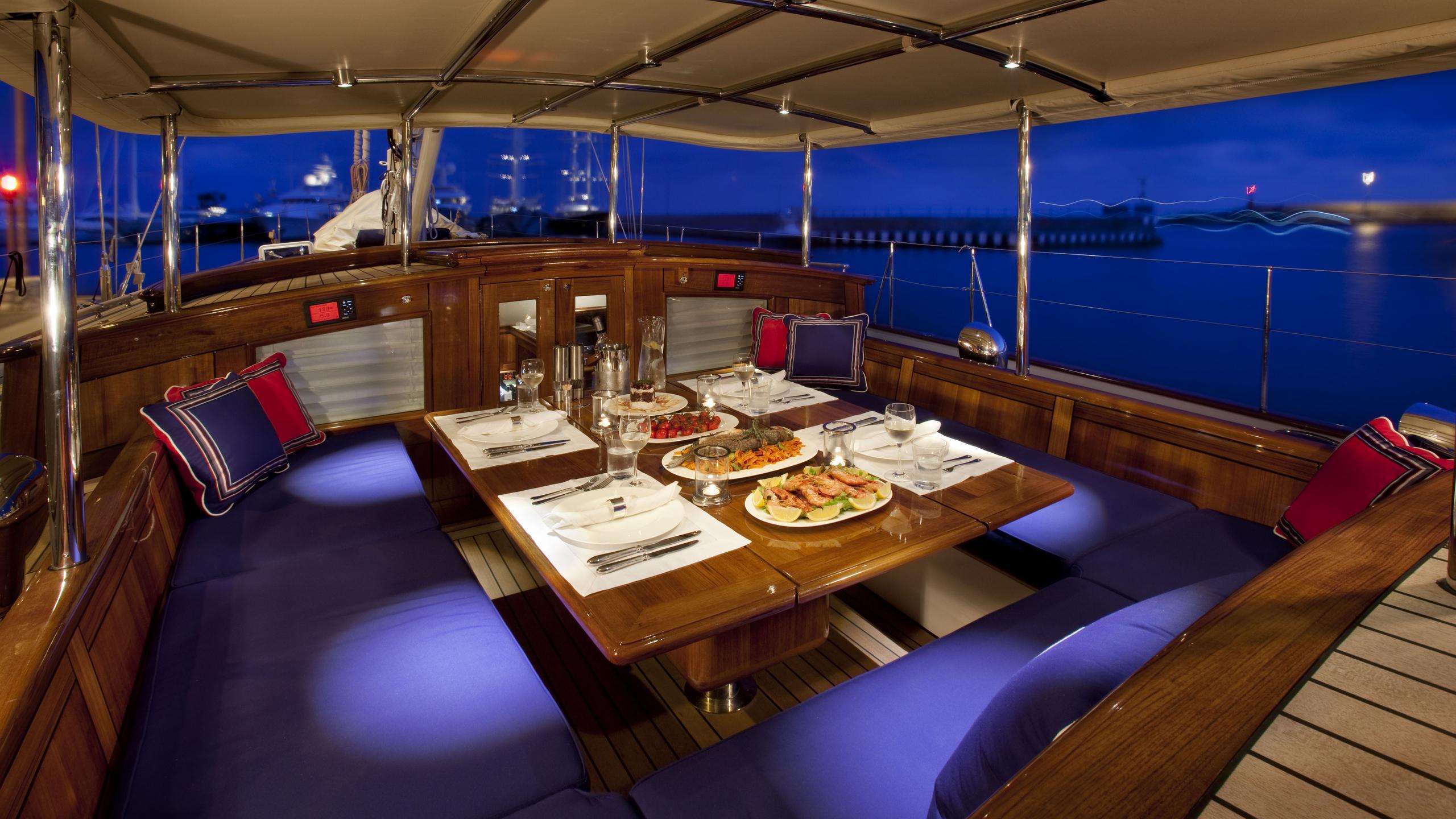 atalante-yacht-aft-dining