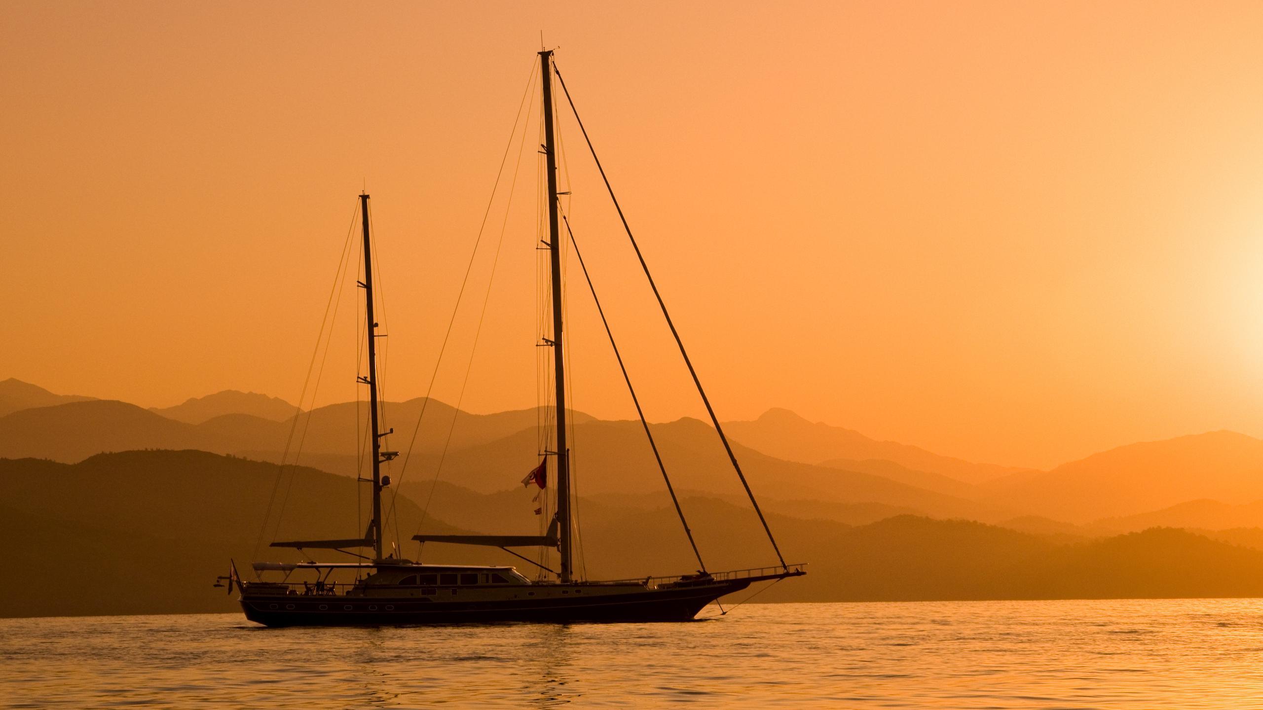 daima-yacht-sailing-sunset