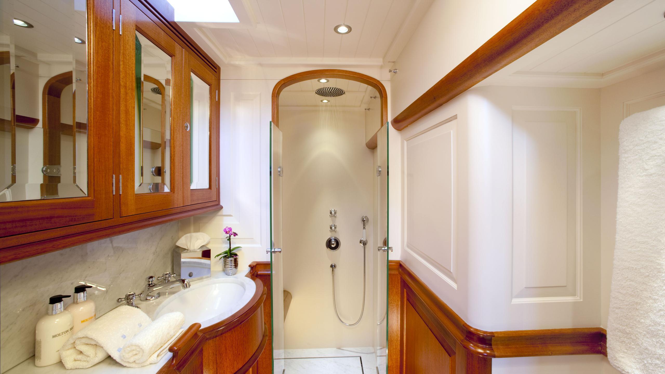 atalante-yacht-master-bathroom