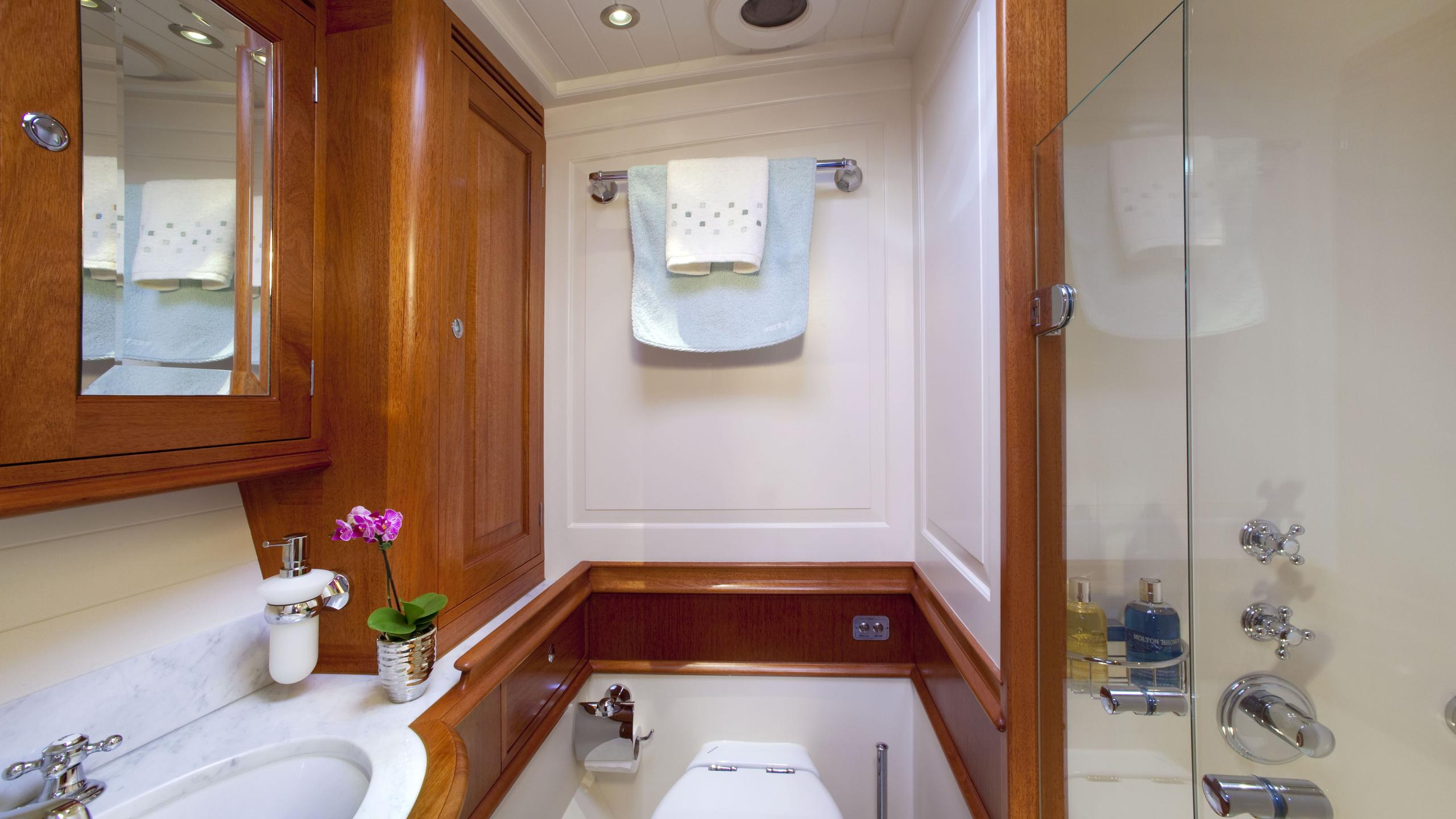 atalante-yacht-vip-bathroom