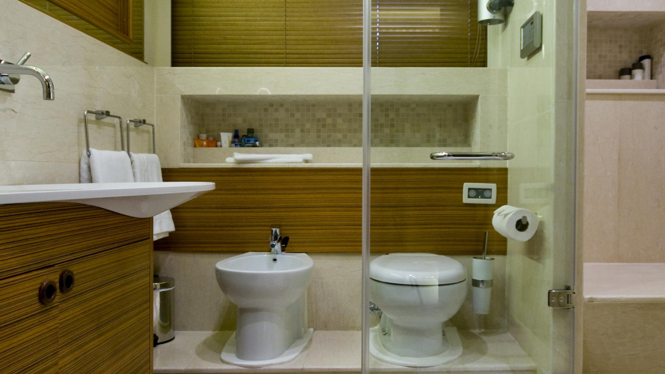 daima-yacht-bathroom