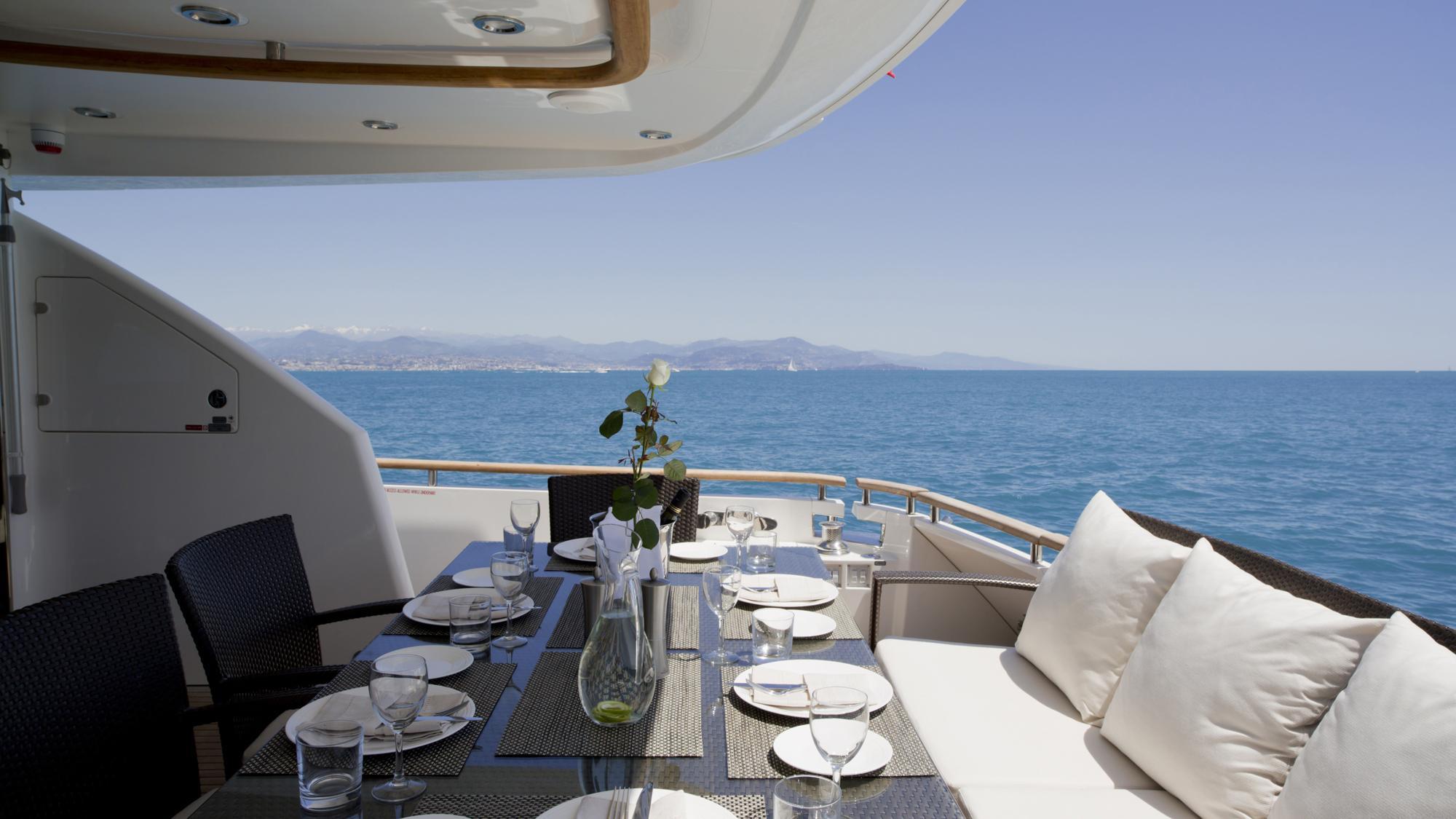 D5-yacht-aft-dining