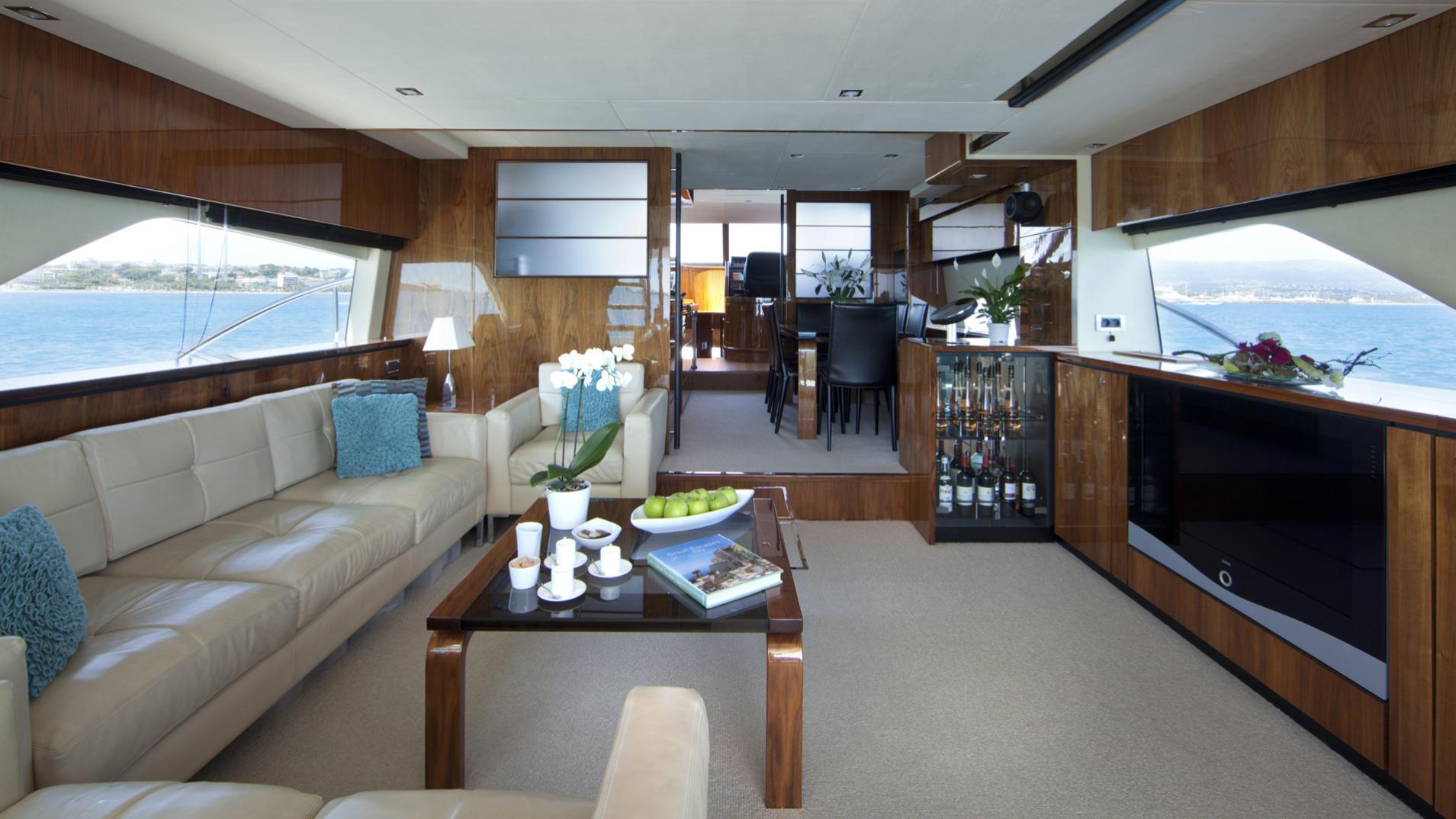 D5-yacht-saloon