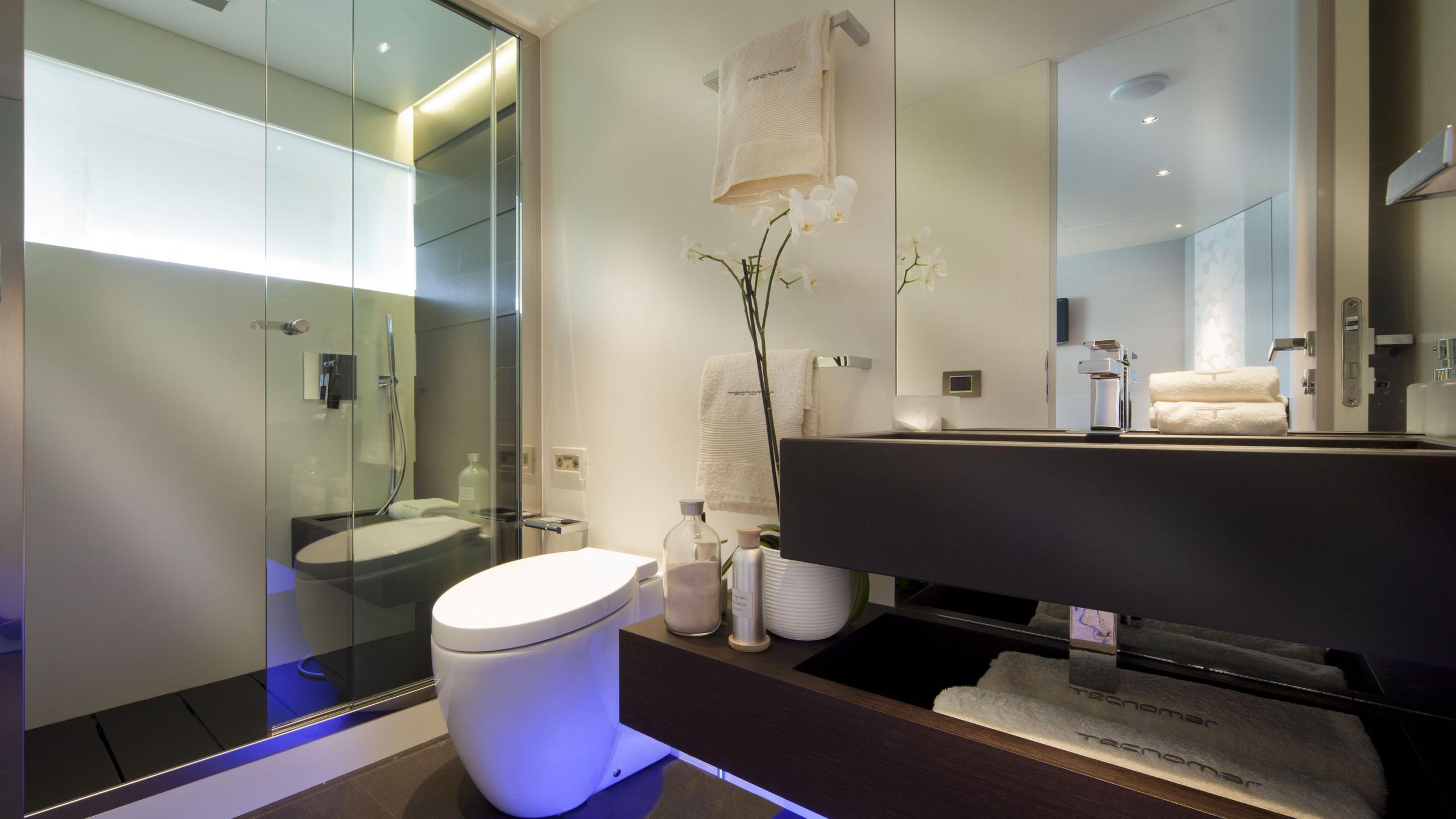 aurora-yacht-bathroom