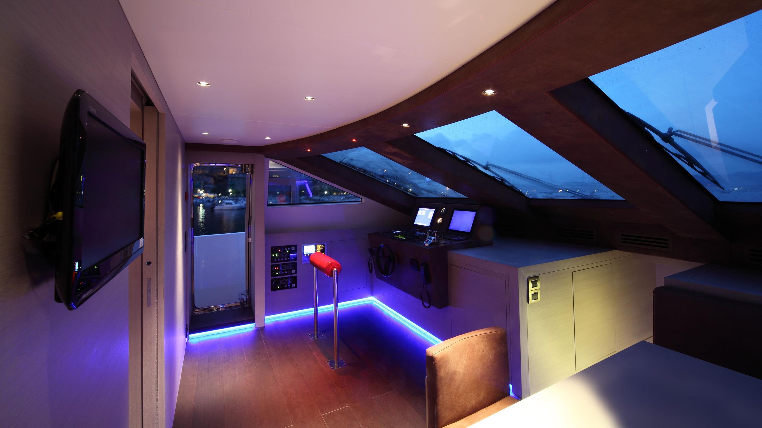 aurora-yacht-helm