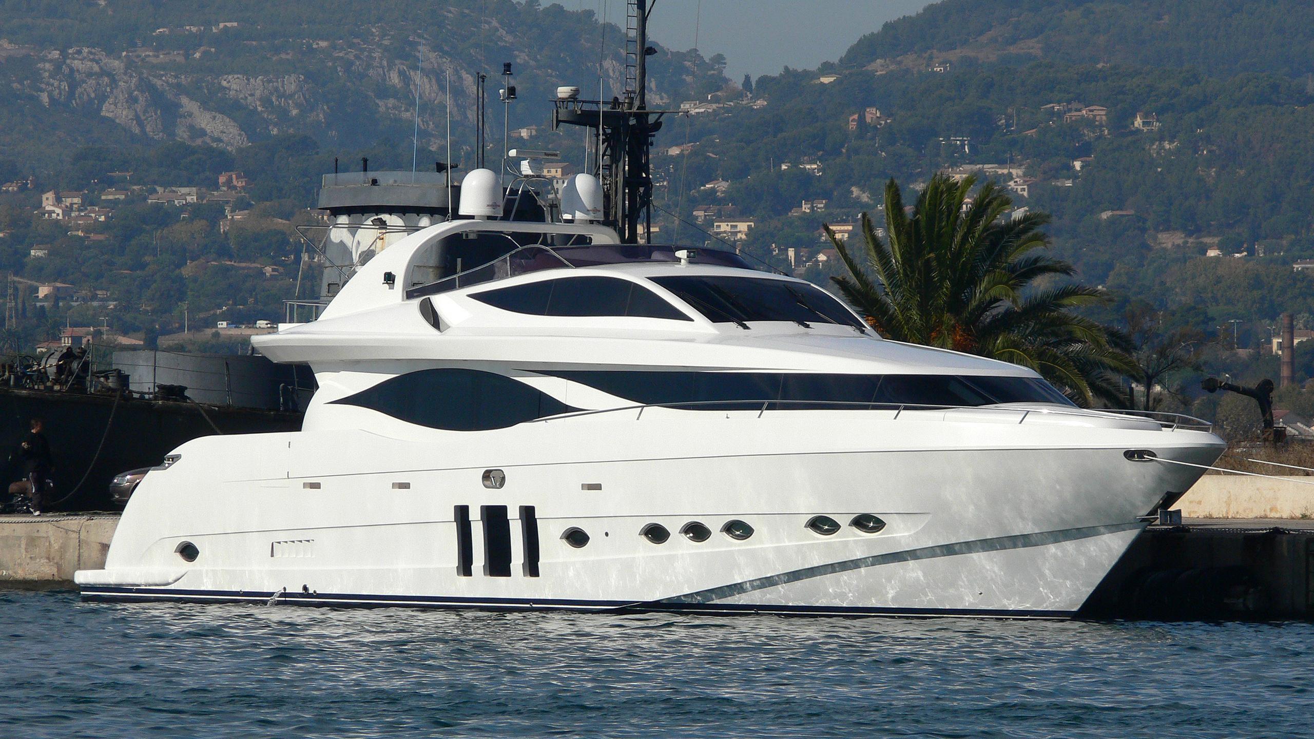 mia-yacht-exterior