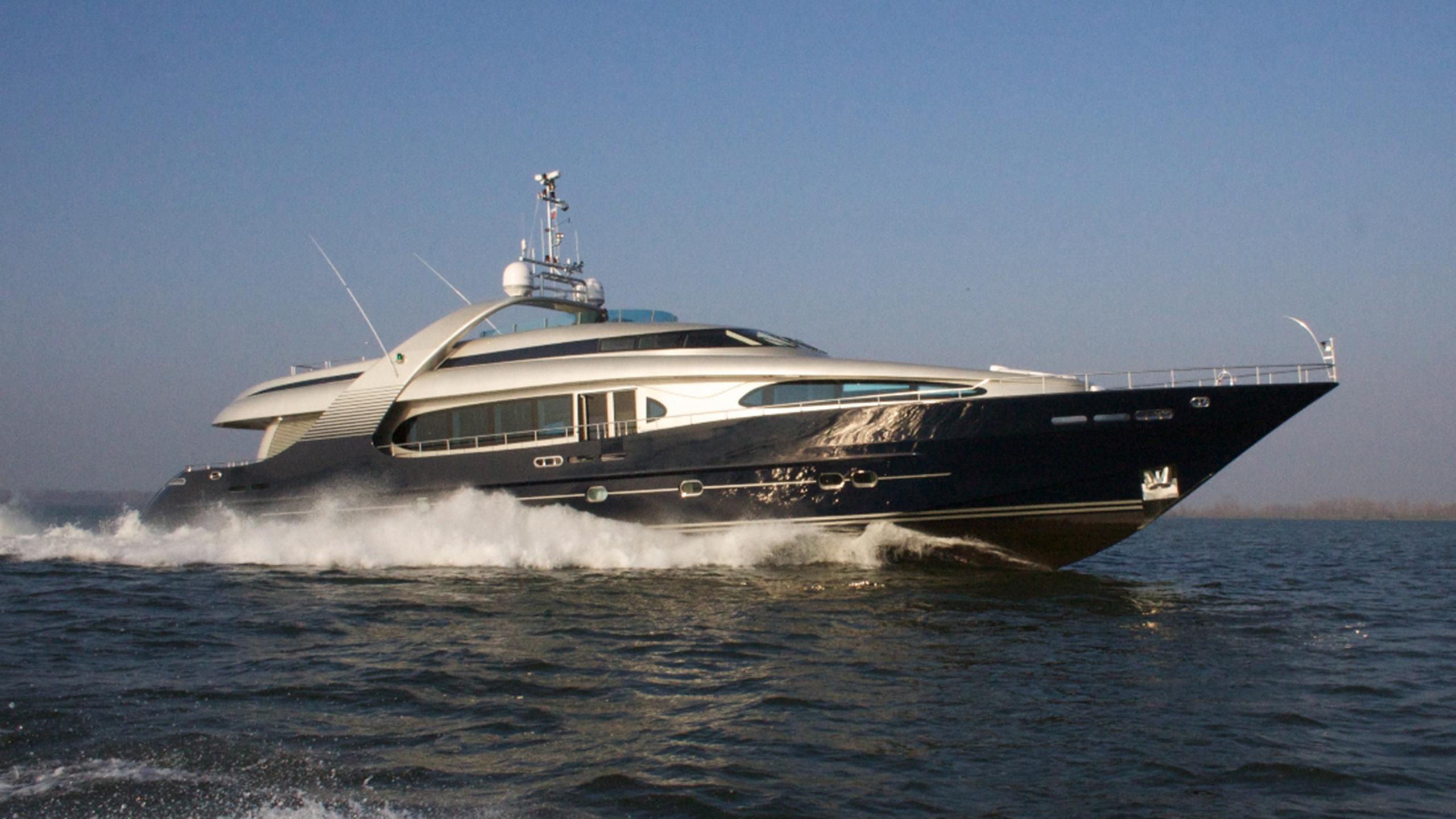 BLUEMAMBA-yacht-cruising