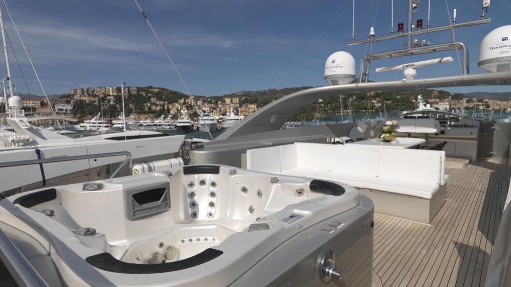 blue-mamba-yacht-jacuzzi