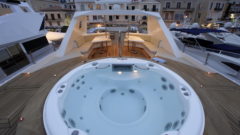 corvus-yacht-jacuzzi