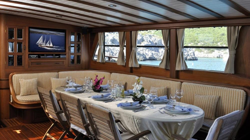 dolce-vita-1-yacht-formal-dining