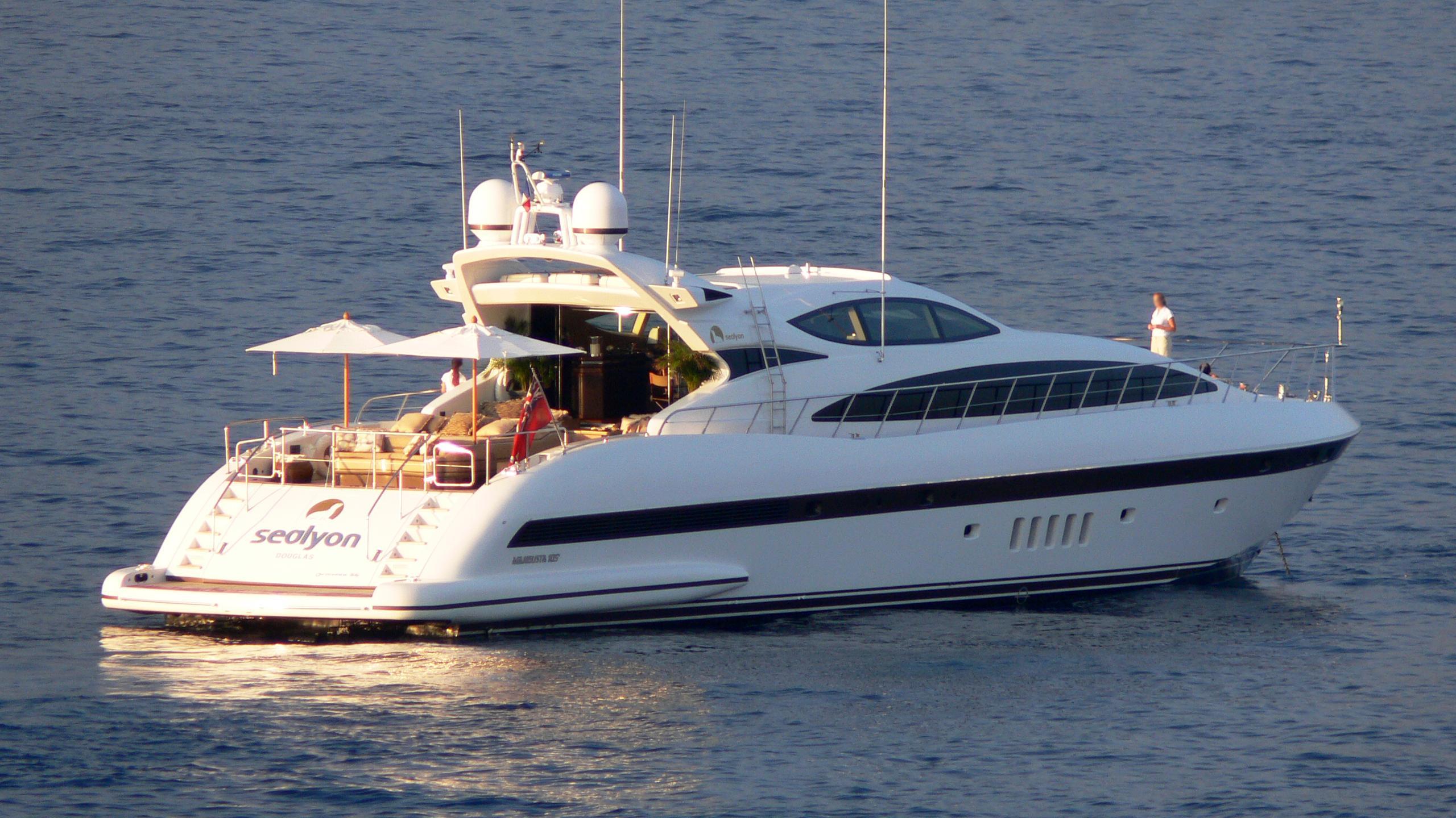 samira-yacht-exterior
