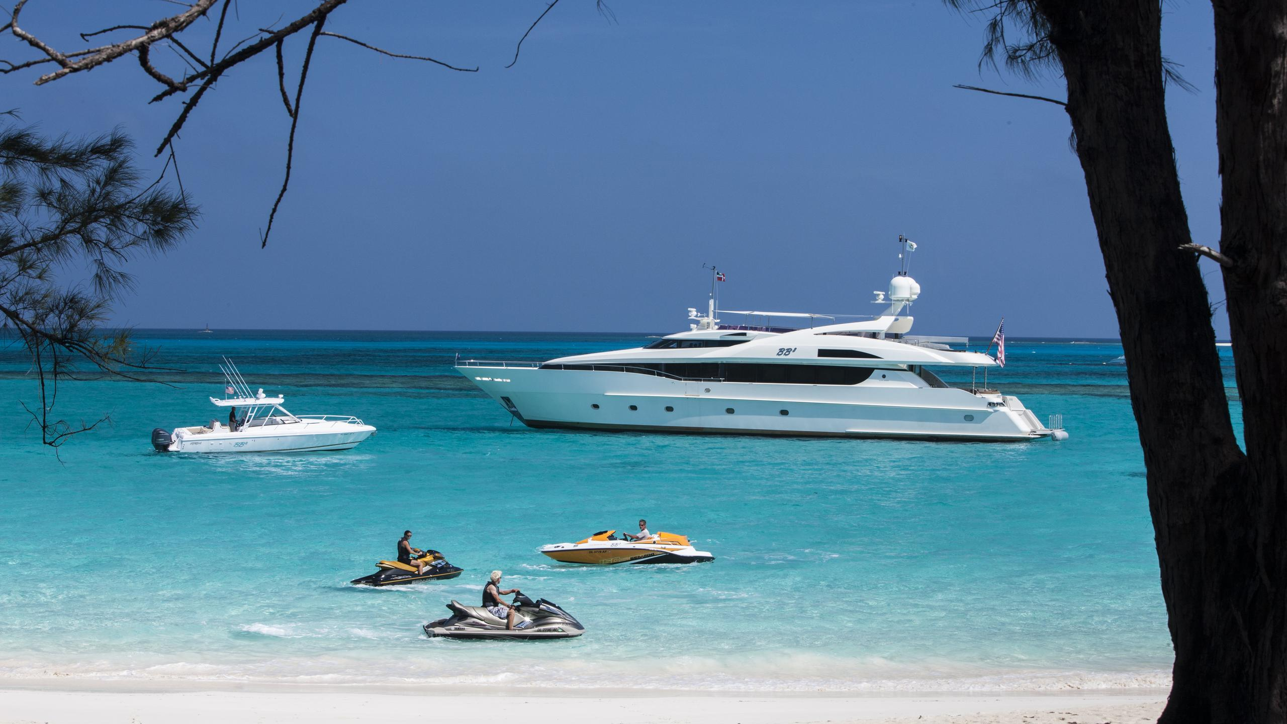 bb3-yacht-at-anchor